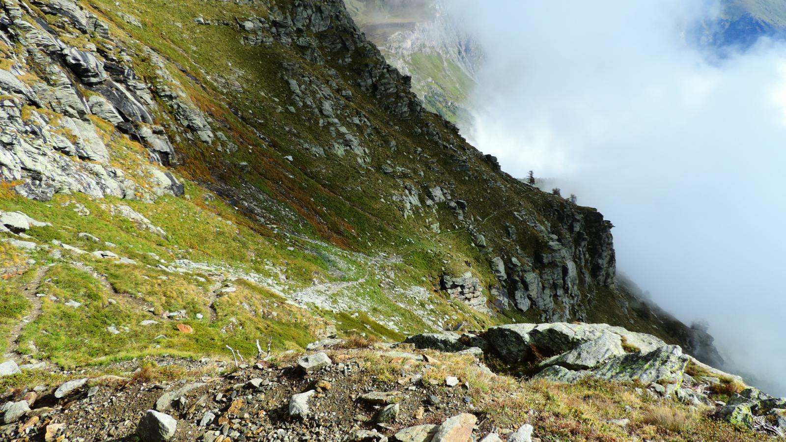il traverso in diagonale su pendii erbosi che porta verso quota 2500 m