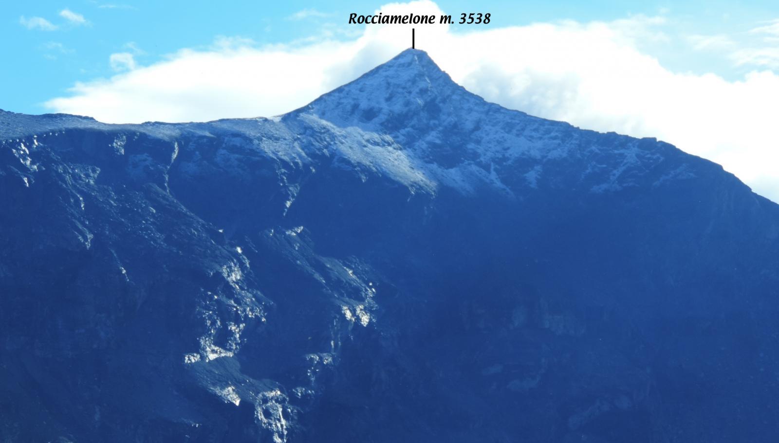 visuale sul Rocciamelone incappuciato di neve dal Lago Arpone