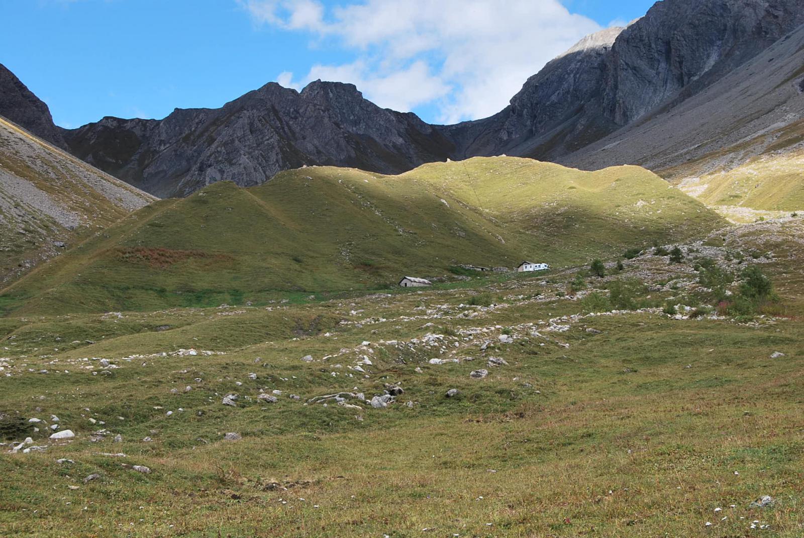L'arrivo all'Alpe Gran Plan, con il Colle Battaglione Aosta sullo sfondo. Il cielo azzurro fa illudere ….