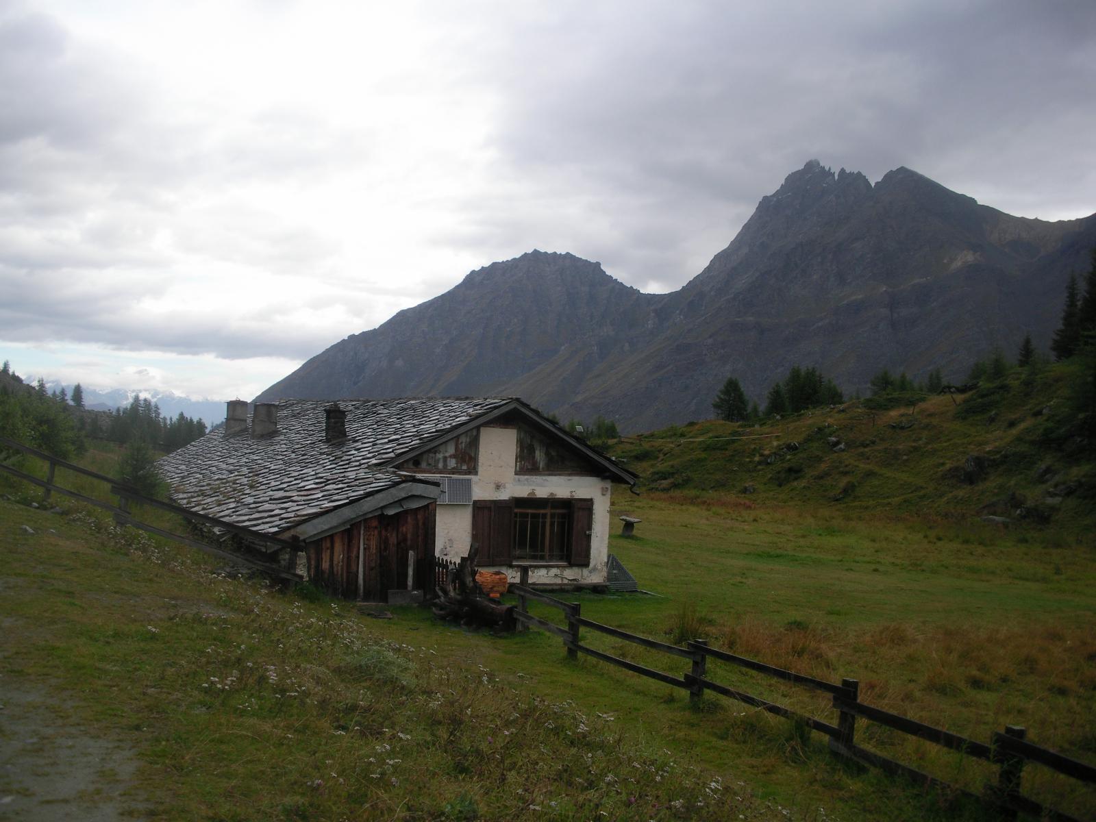 La reale casa di caccia a Orvieille gli fa da sfondo il Gran Nomenon alla dx  e il M. Favret al centro..