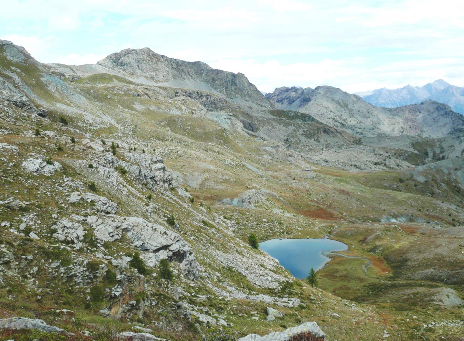 il Lago Raty dalla bastionata sul vallone Giaset, sullo sfondo la Tete des Hommes e La Torretta