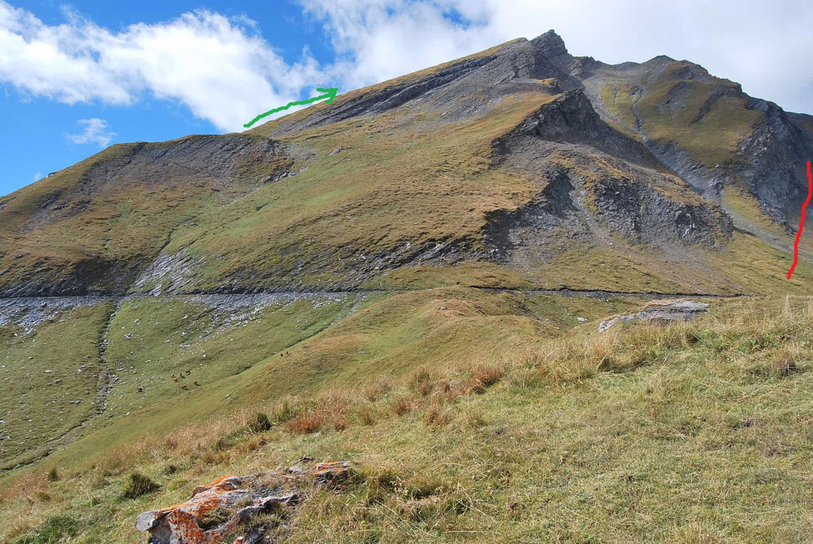 Il Roc du Belleface, con in verde il percorso consigliato per la salita, in rosso quello seguito senza successo.