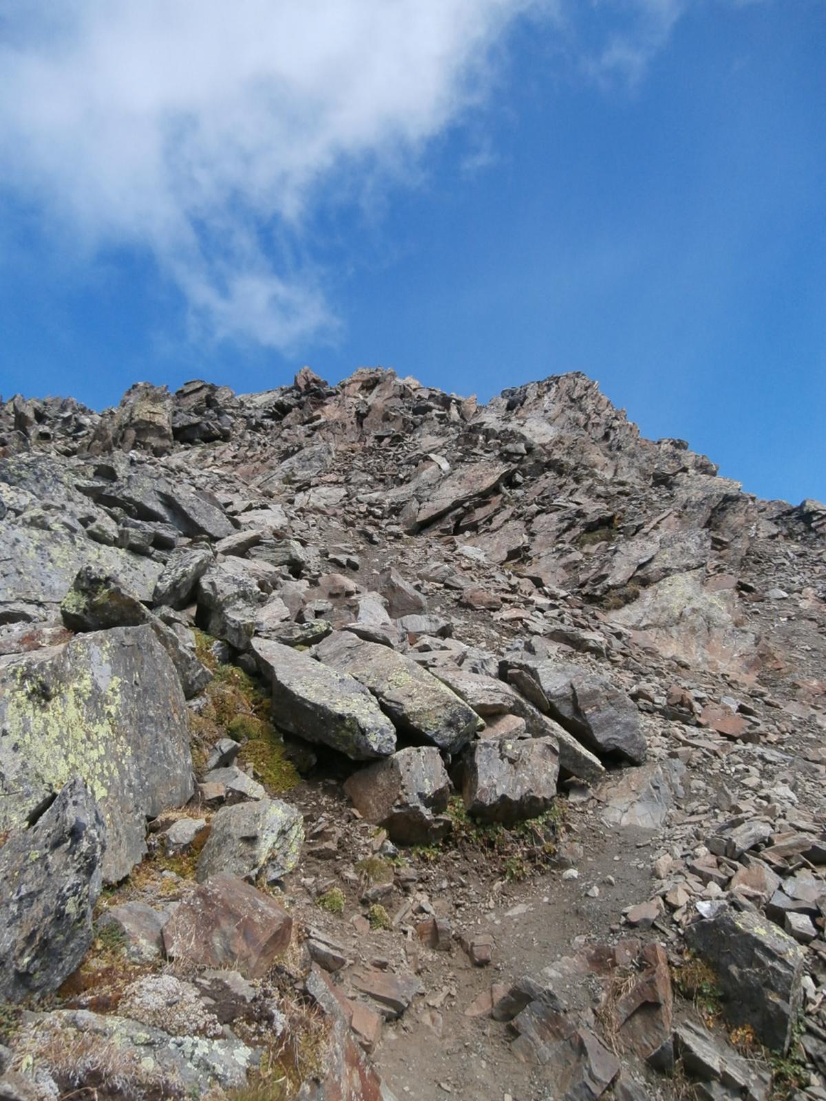 in discesa sulla cresta SSO  con traccia visibile...