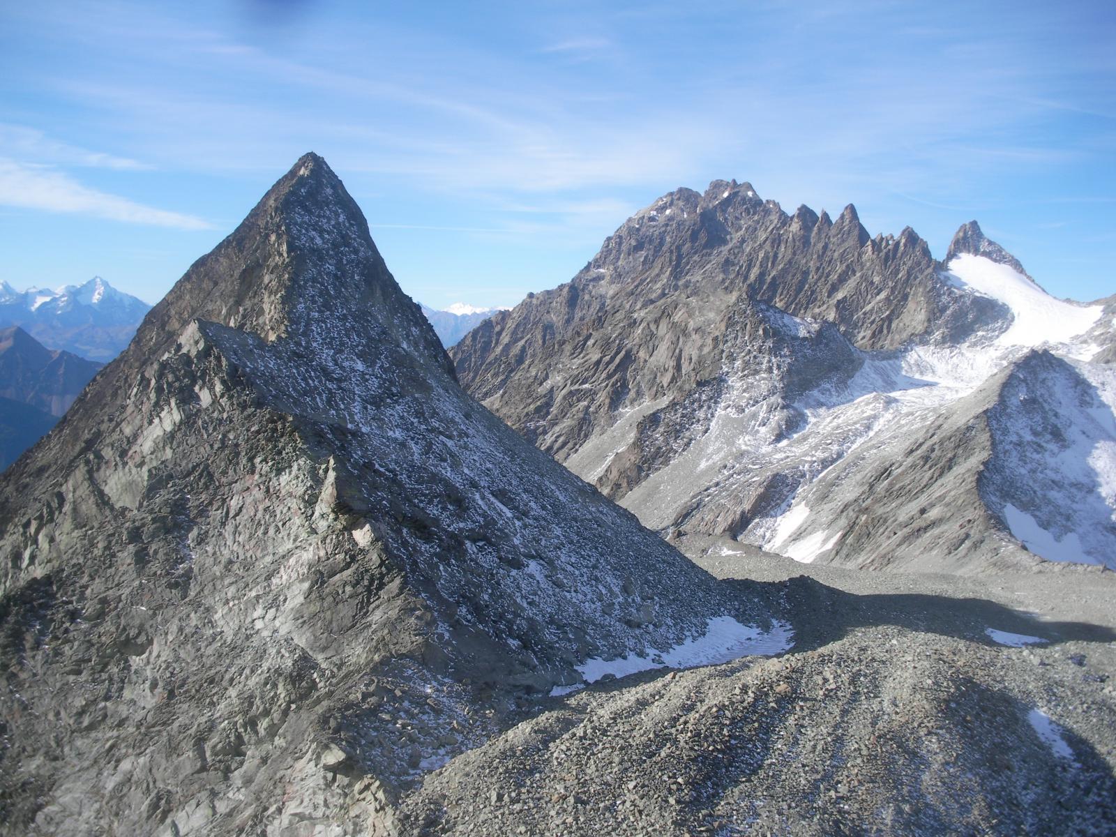 la svelta piramide del Berlon..con a dx la catena del Morion dalla cresta di salita..