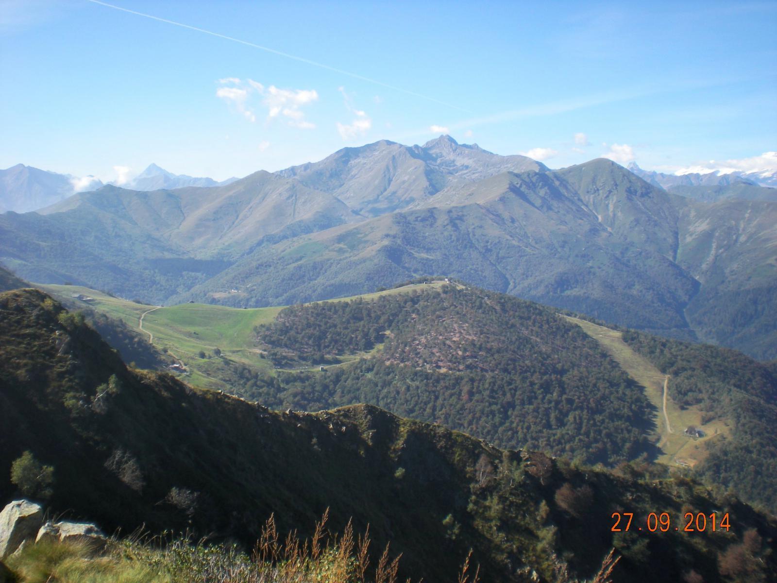 le piste di Bielmonte in livrea estiva, con il Massaro e l'Asnas sovrastati dal Bò
