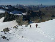 Nevaio sotto la cima e panorama verso la Francia, a sinistra svetta aguzza la Piccola Ciamarella