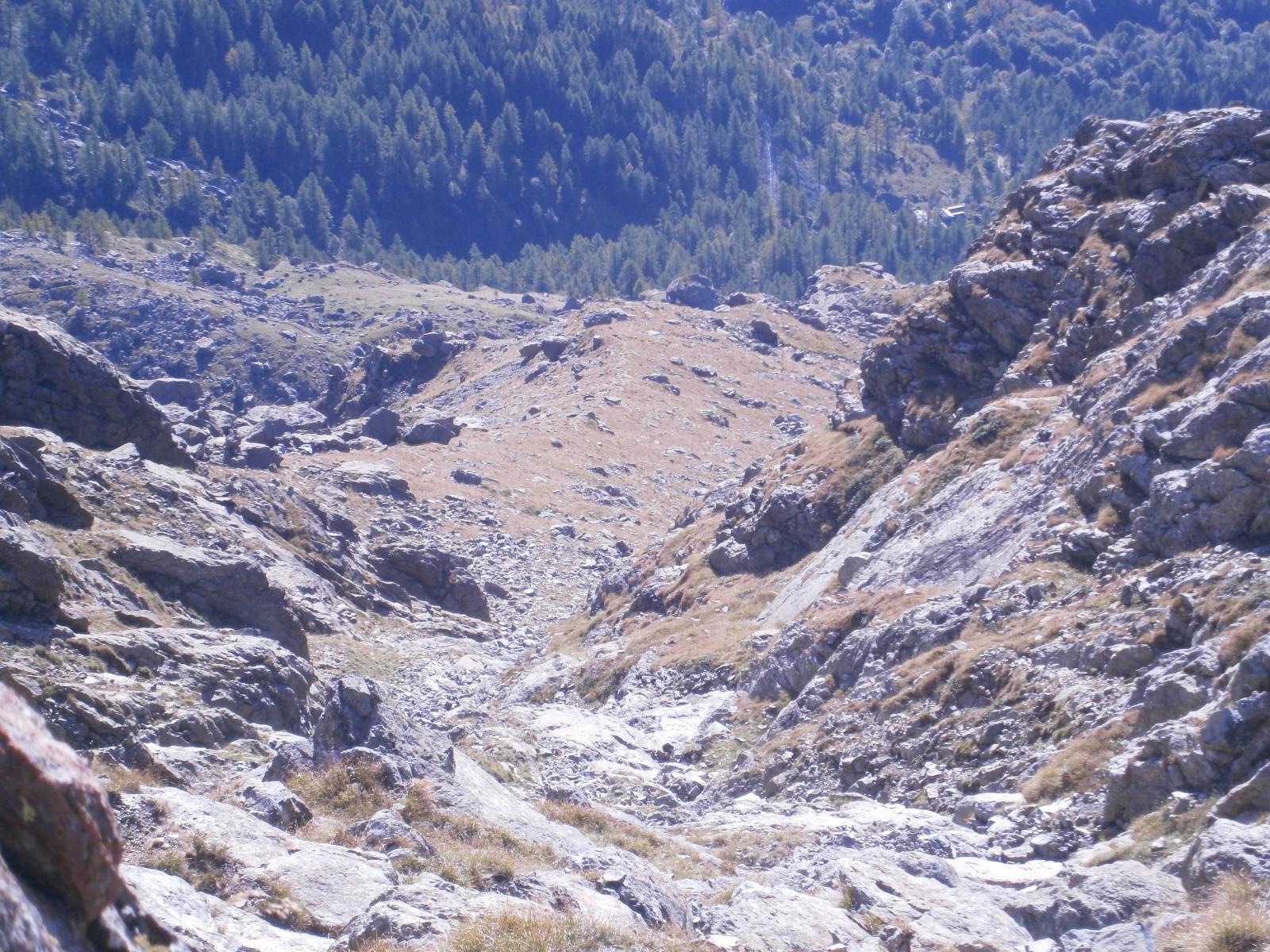 Tratto iniziale su sentiero e roccia.