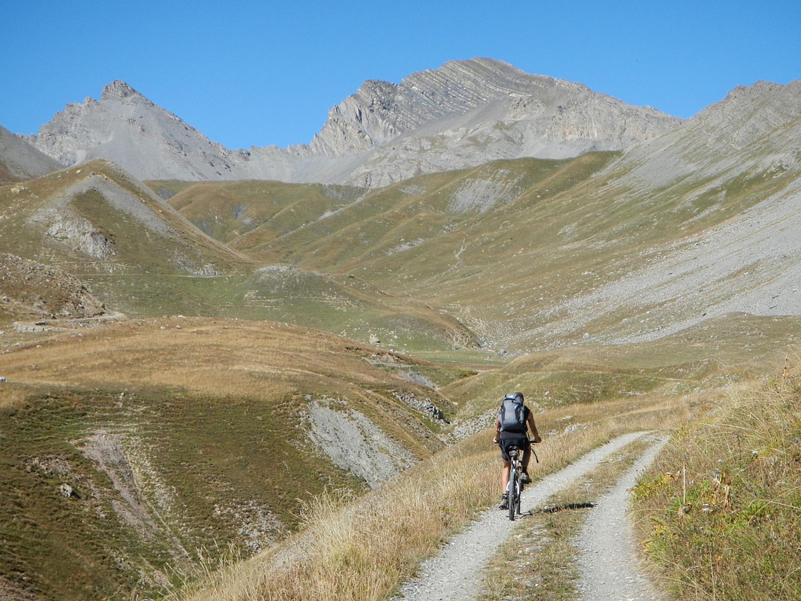 la parte alta del Vallone di Ferriere: al centro il Monte Enchastraye