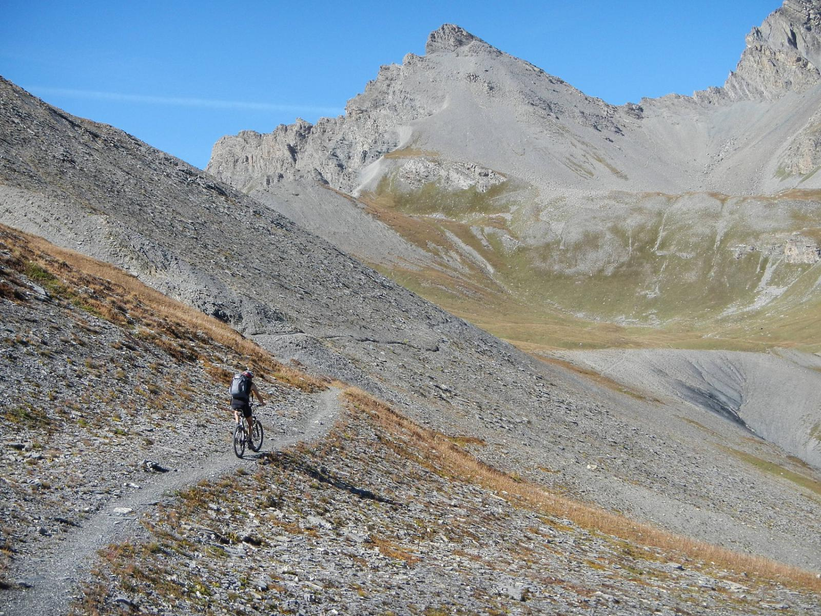 il traverso su sentiero; di fronte la Rocca dei Tre Vescovi 2867 m.