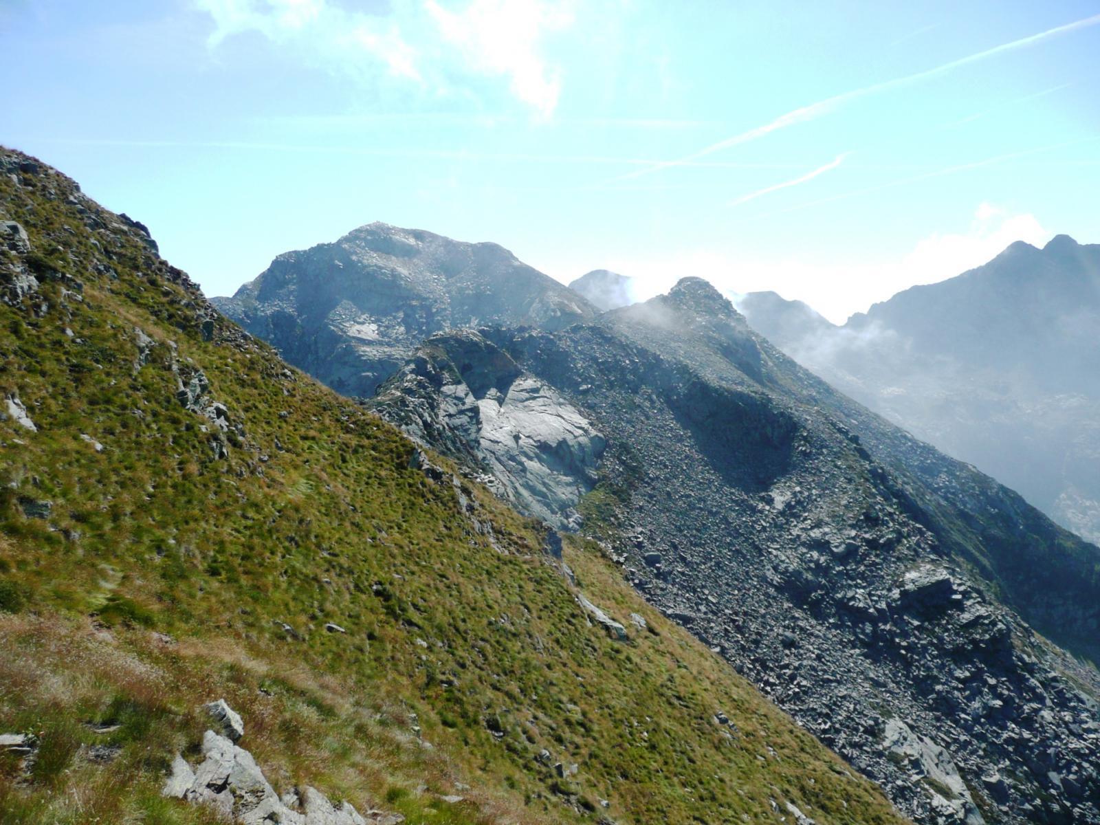 sul versante opposto, dalle verdi pendici del Gran Gabe, il minuscolo Lej Long cartografico (Piccolo Lej Long) ed il maestoso Lej Long topografico (Gran Lej Long)