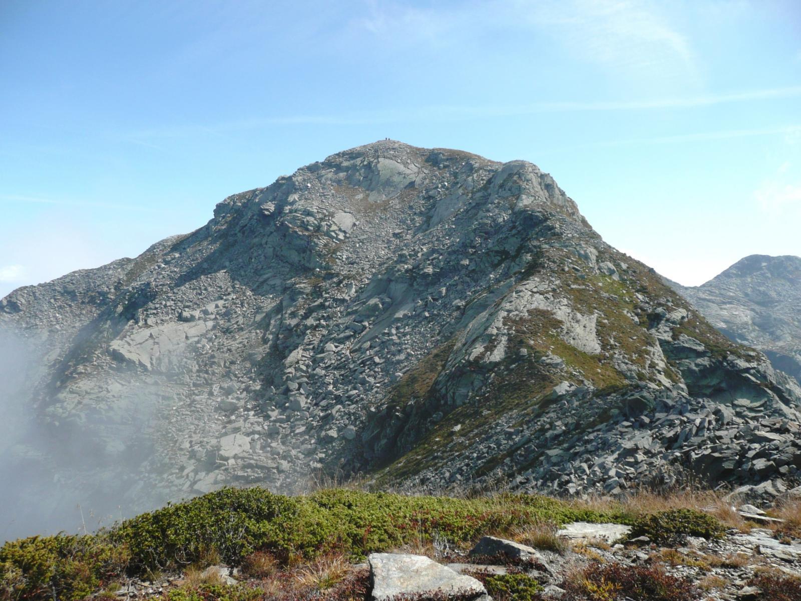 ma la vera cima topografica (il Grande Lej Long), con i caratteristici ometti, è ancora lontana