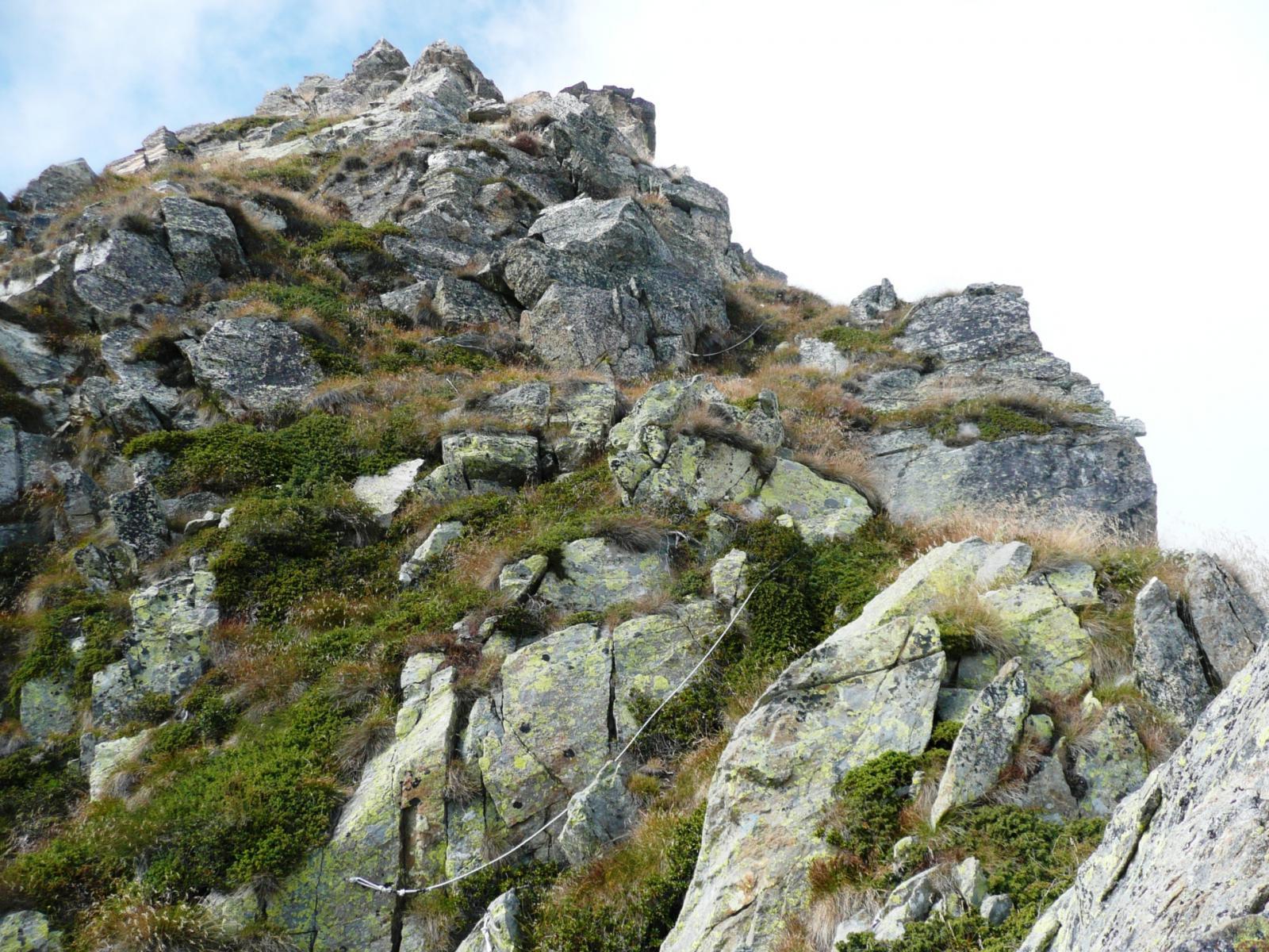 la ripida discesa del versante sud del Grande Lej Long attrezzata con corde fisse