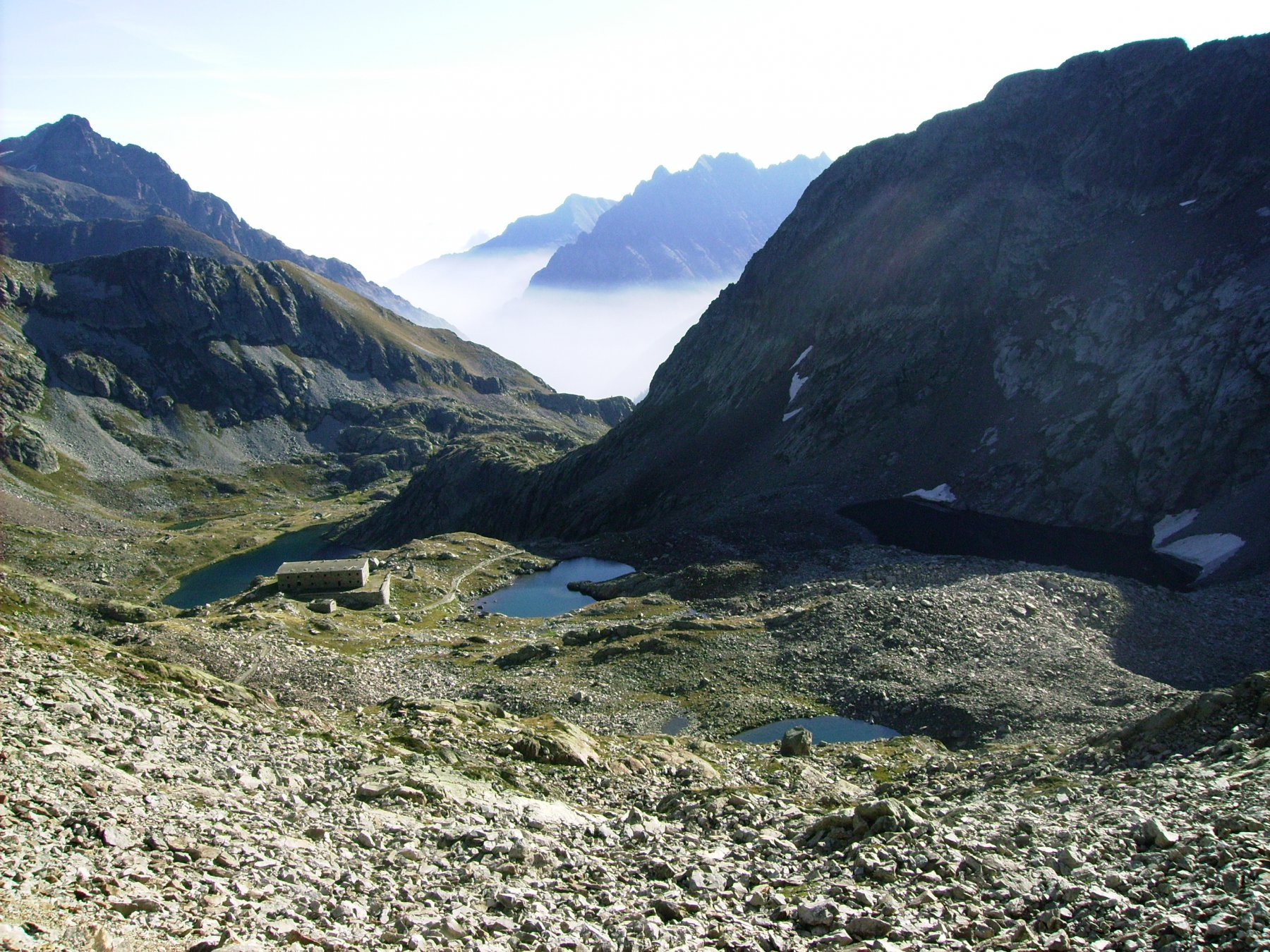 Laghi di Valscura con al fondo il mare di nebbie