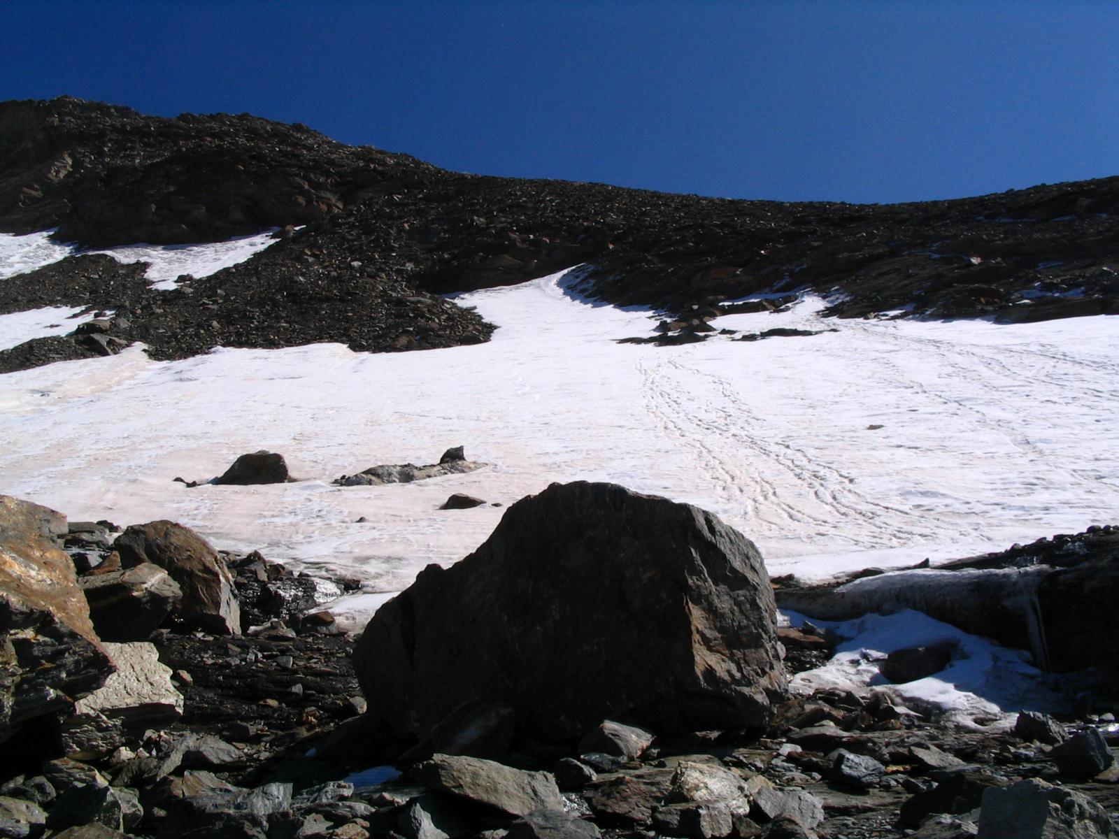 Attraversare il nevaio QUI per raggiungere la cresta W (via normale)