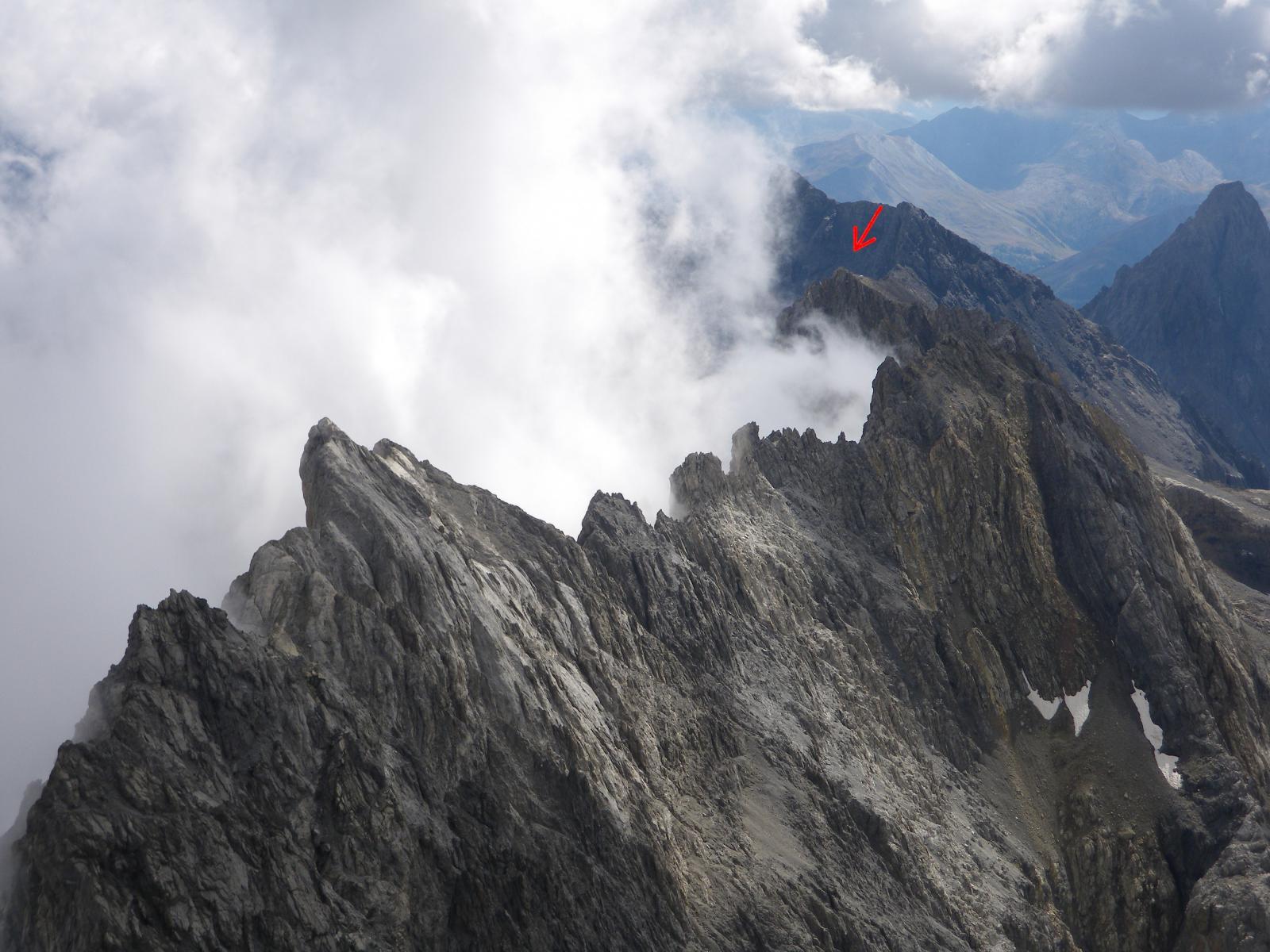 Dalla cima del Brec il primo tratto di cresta dal Buc de Nubiera (freccia) al Pariàs Coupà (elevazione più alta verso sinistra)