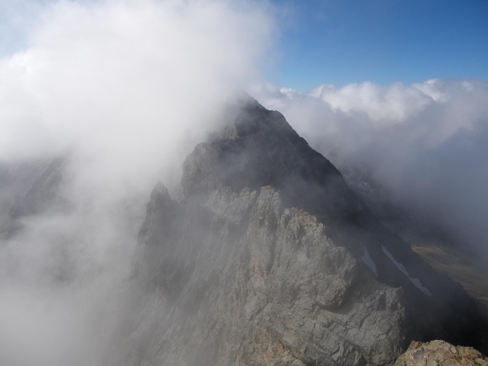 Tratto di cresta tra la nebbia...