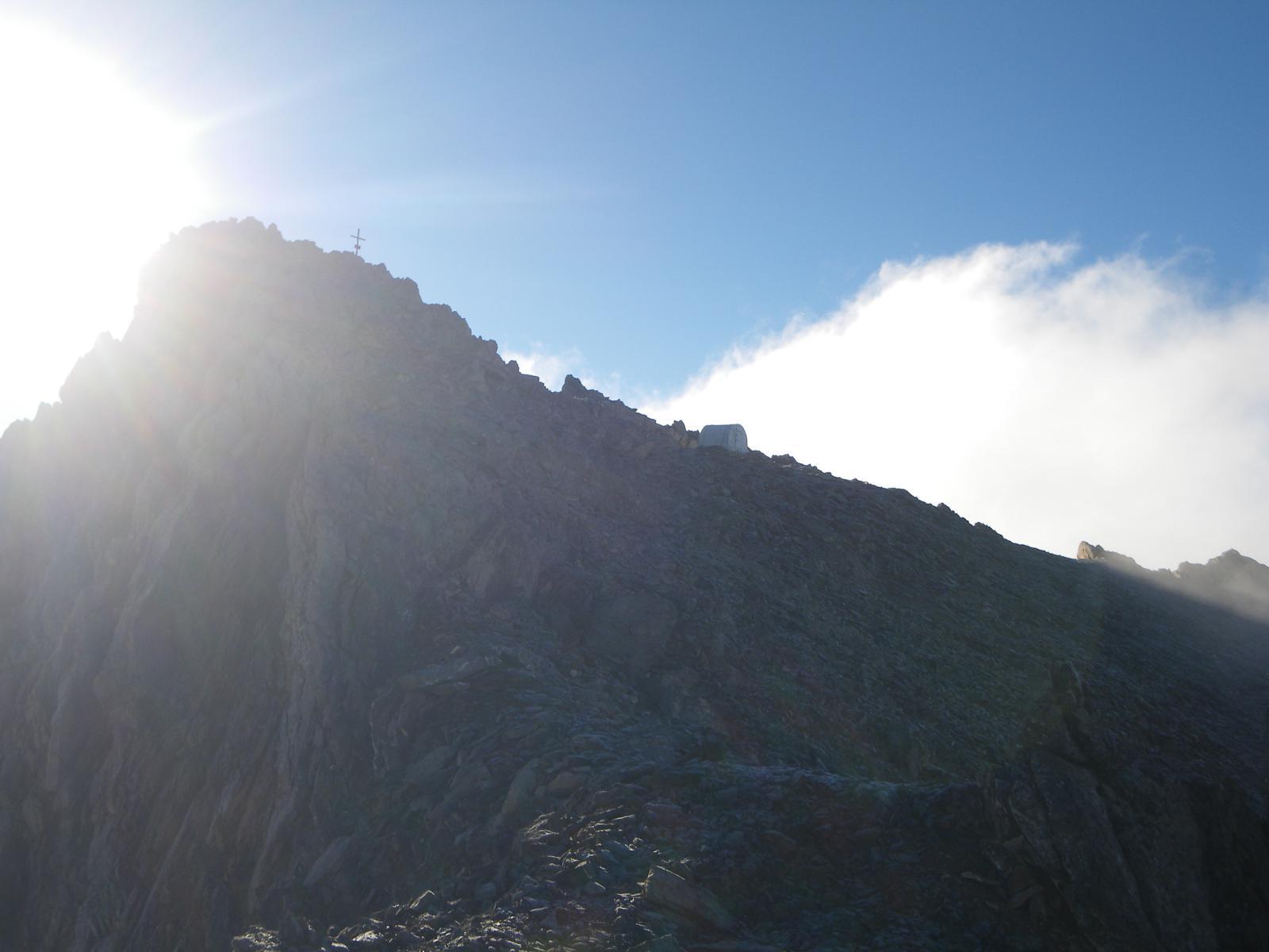 La cima del Buc de Nubiera col piccolo bivacco dal primo tratto di cresta