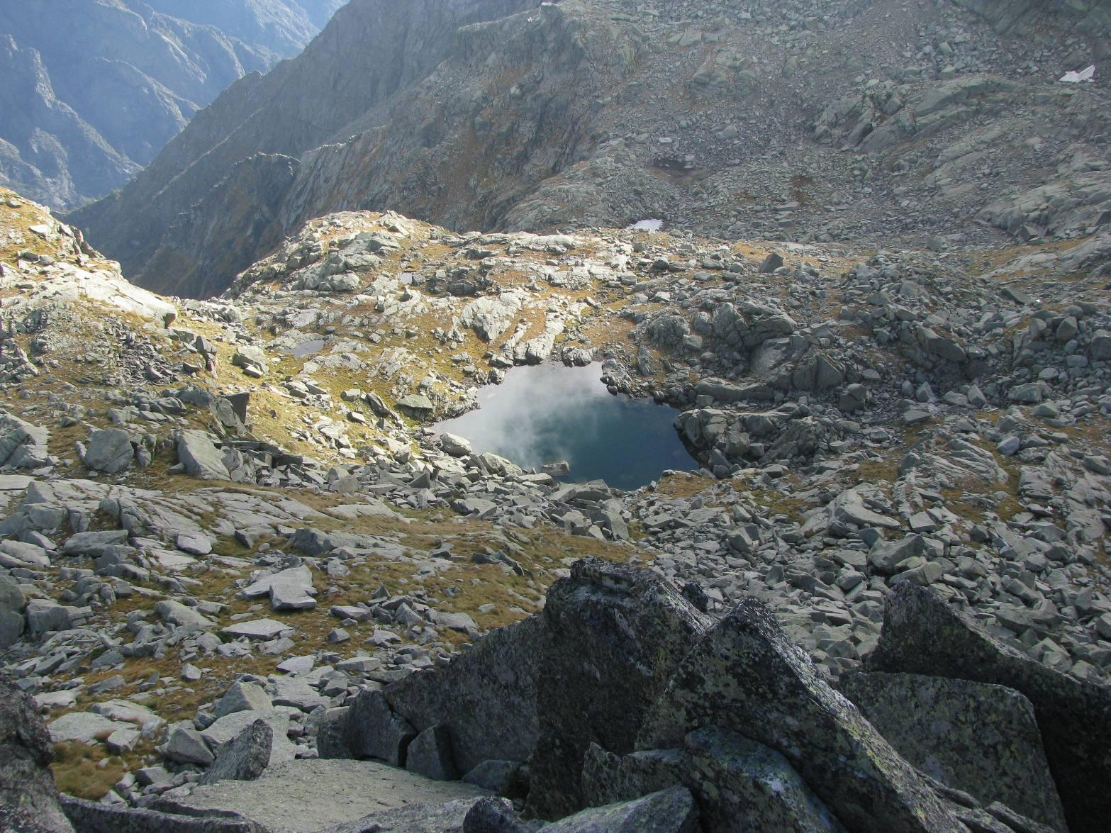 Il laghetto sottostante la cima