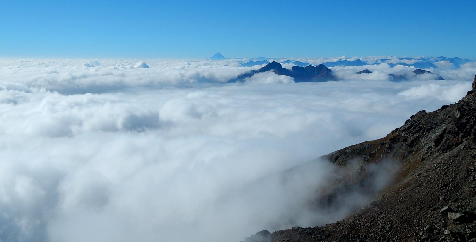 Mare di nuvole,sbuca il Monviso