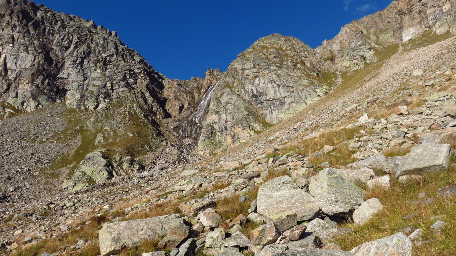 salendo verso la bastionata rocciosa sottostante il Pian della Ballotta