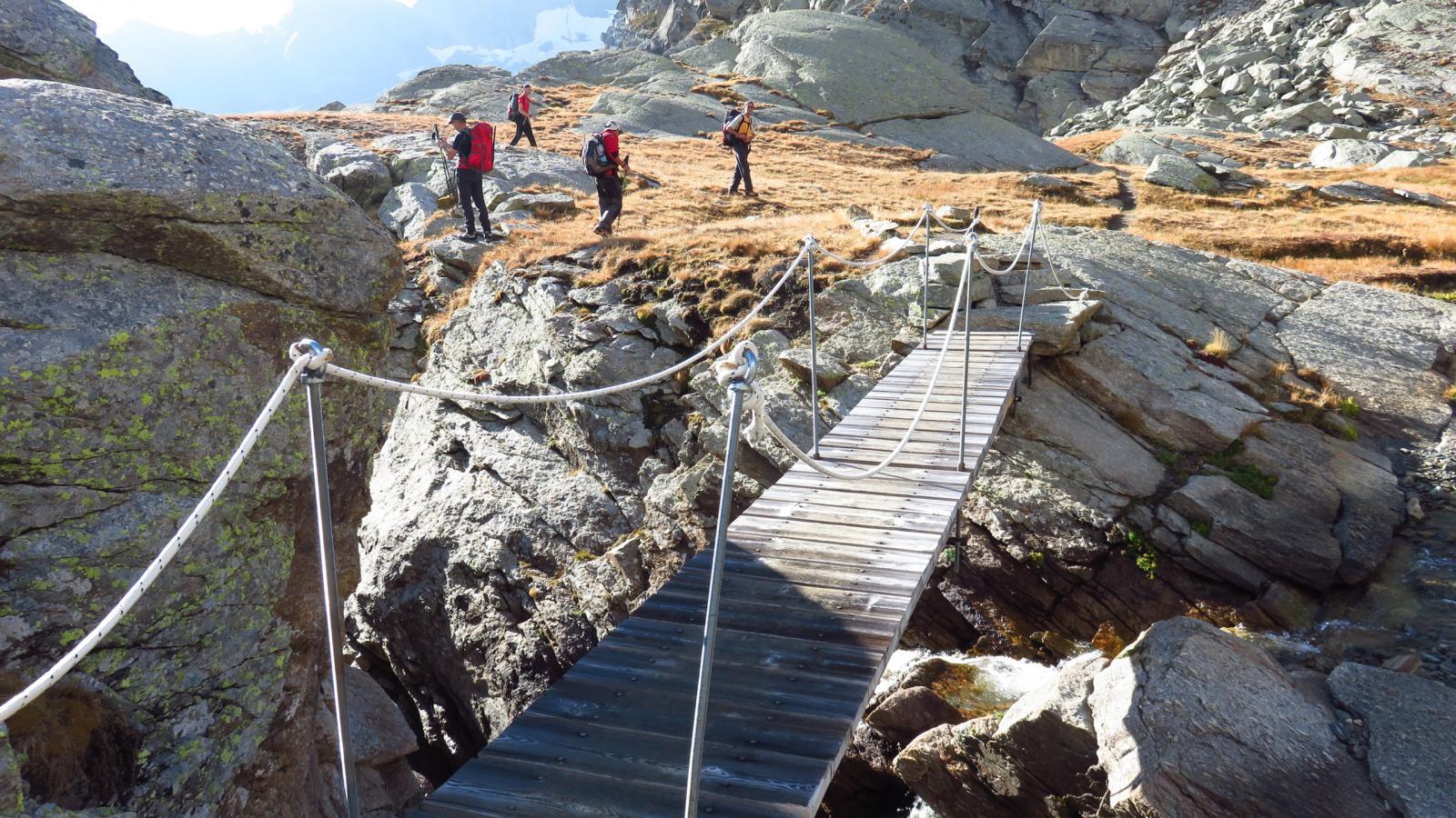 il ponticello sopra la bastionata rocciosa verso il Pian della Ballotta