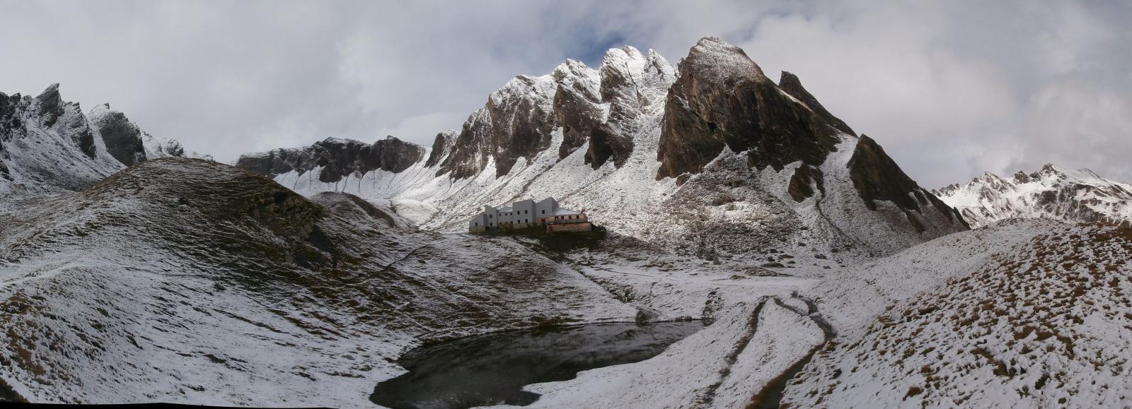 il bellissimo ambiente col rifugio Frassati...