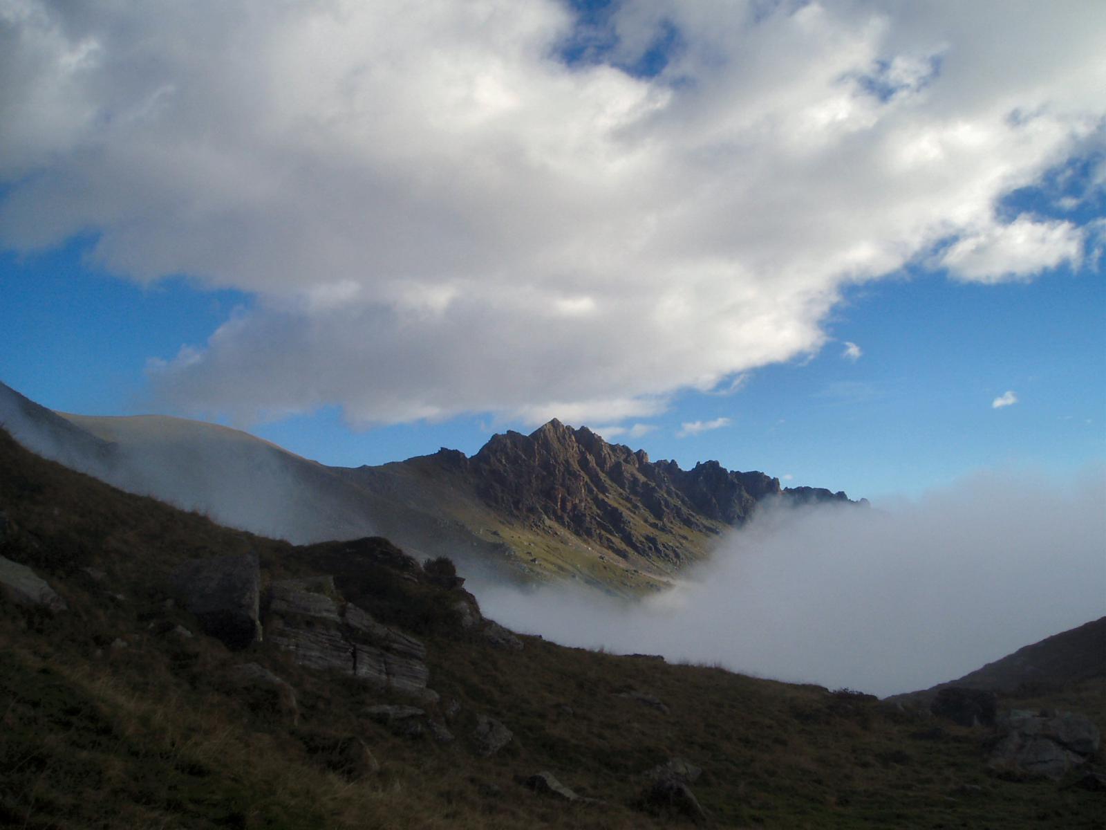 rocca moross emerge dalla nebbia