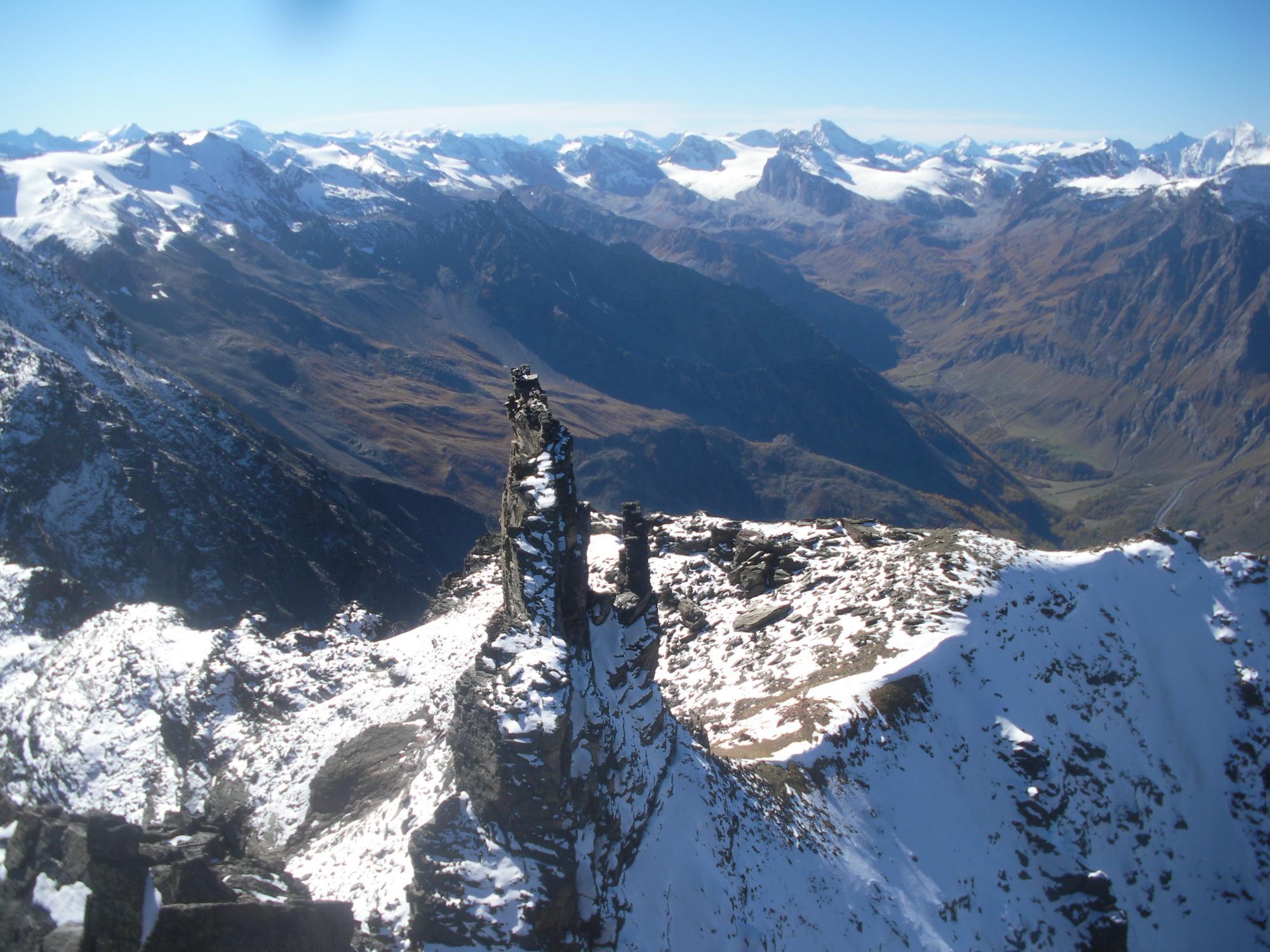 il Clocher di Djuan..con sullo sfondo l'alta Val di Rhemes dalla vetta della Bianca..