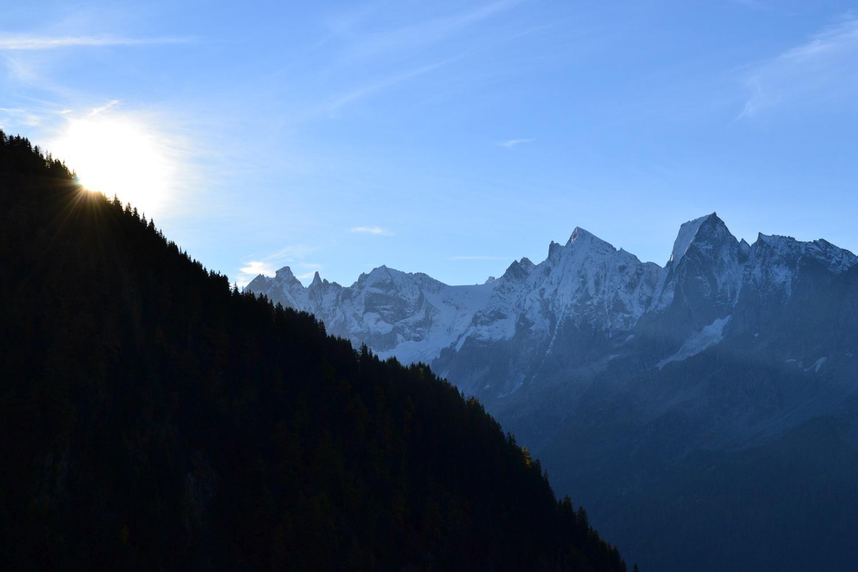 sbuca il sole dietro la montagna