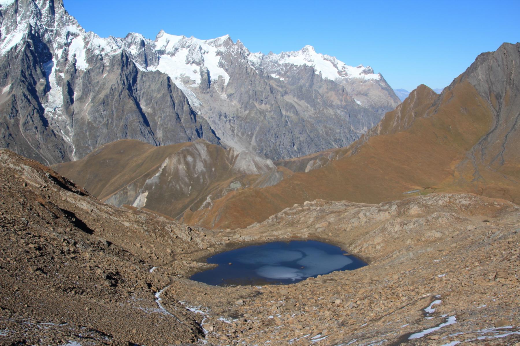 il bel laghetto che si trova nella conca detritica sotto la cima