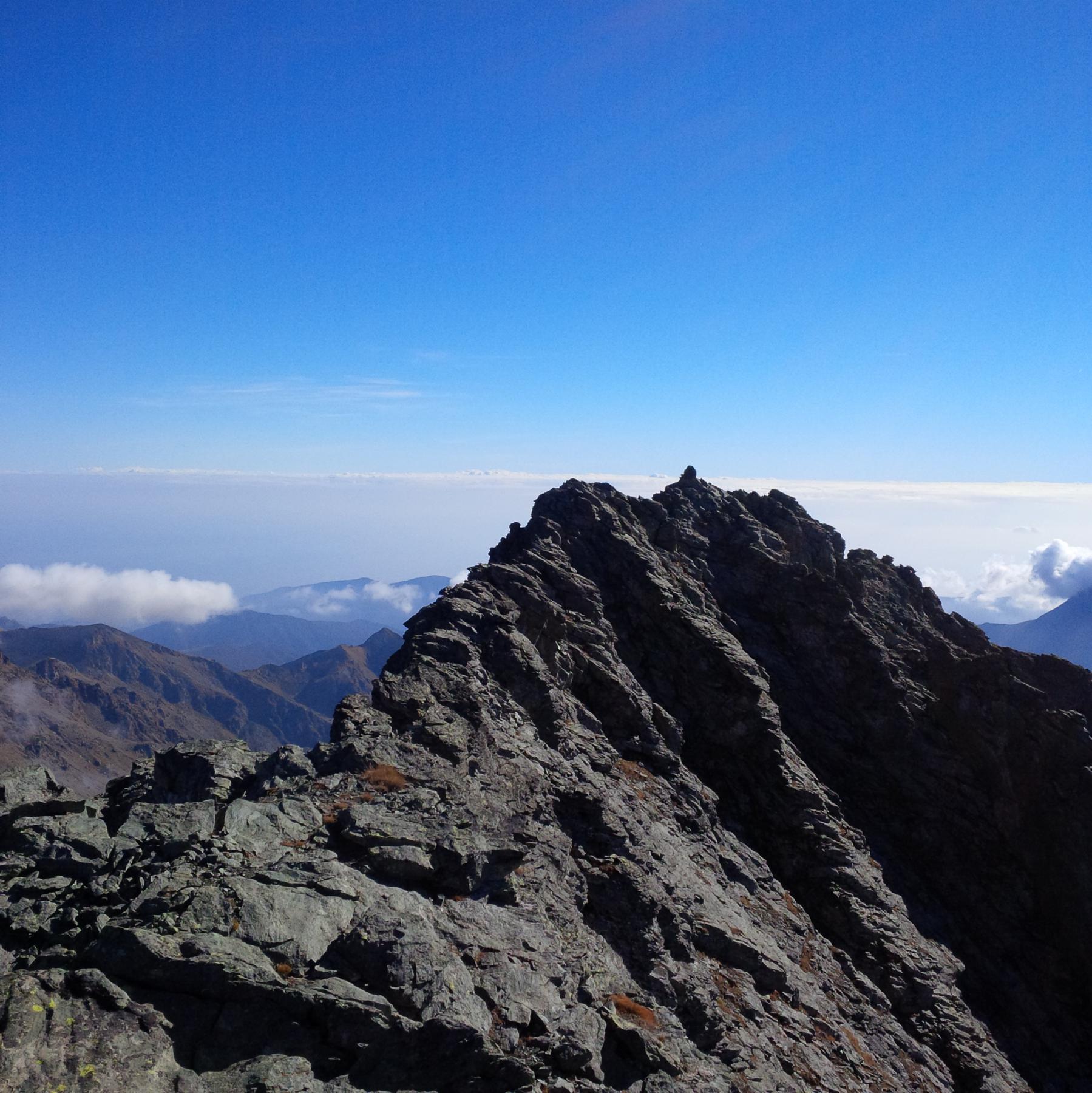 La cresta fra la spalla Ovest e la vetta più alta (foto E. Lana).