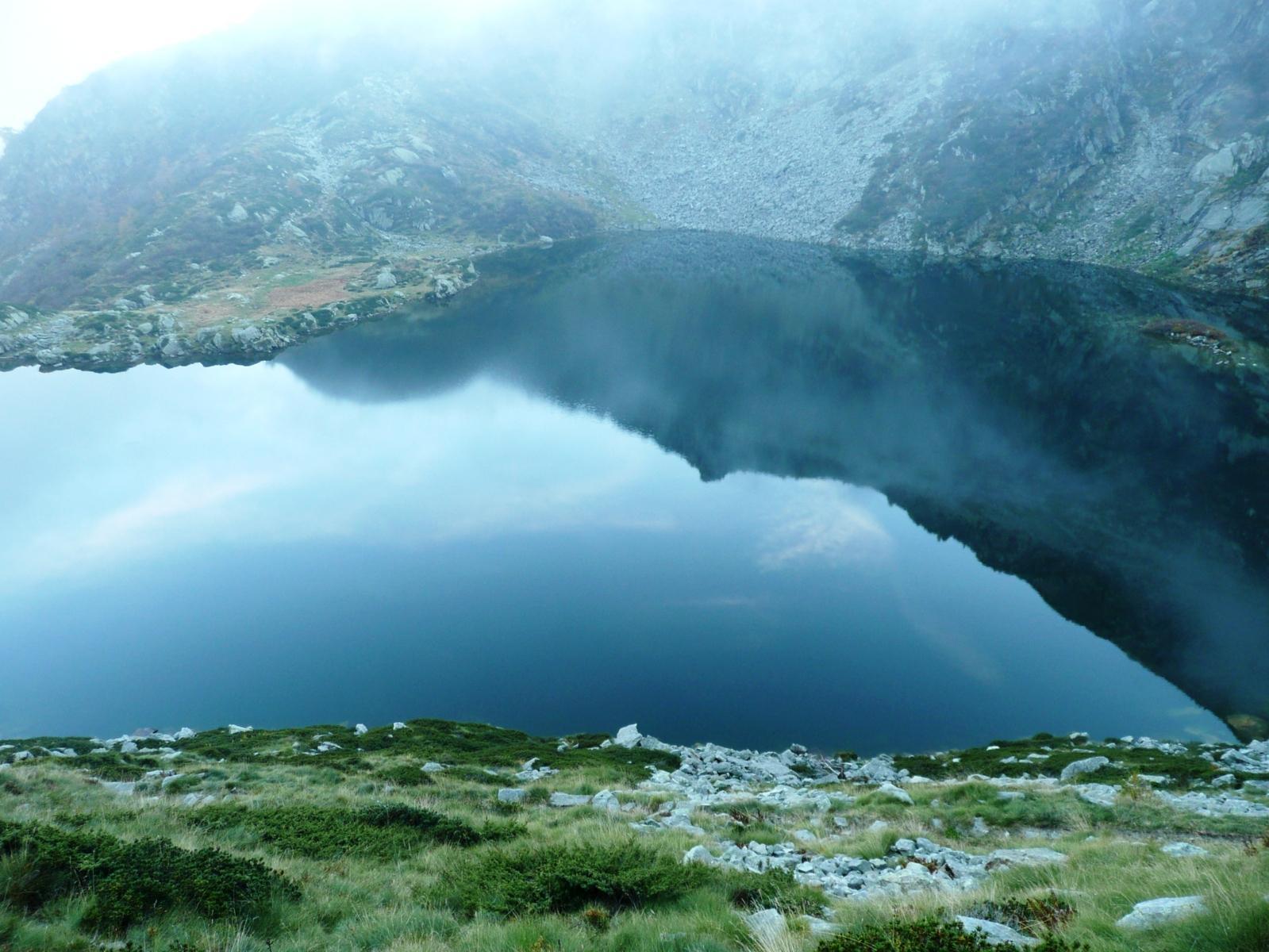 la punta del Cresto si specchia nel Lago della Vecchia