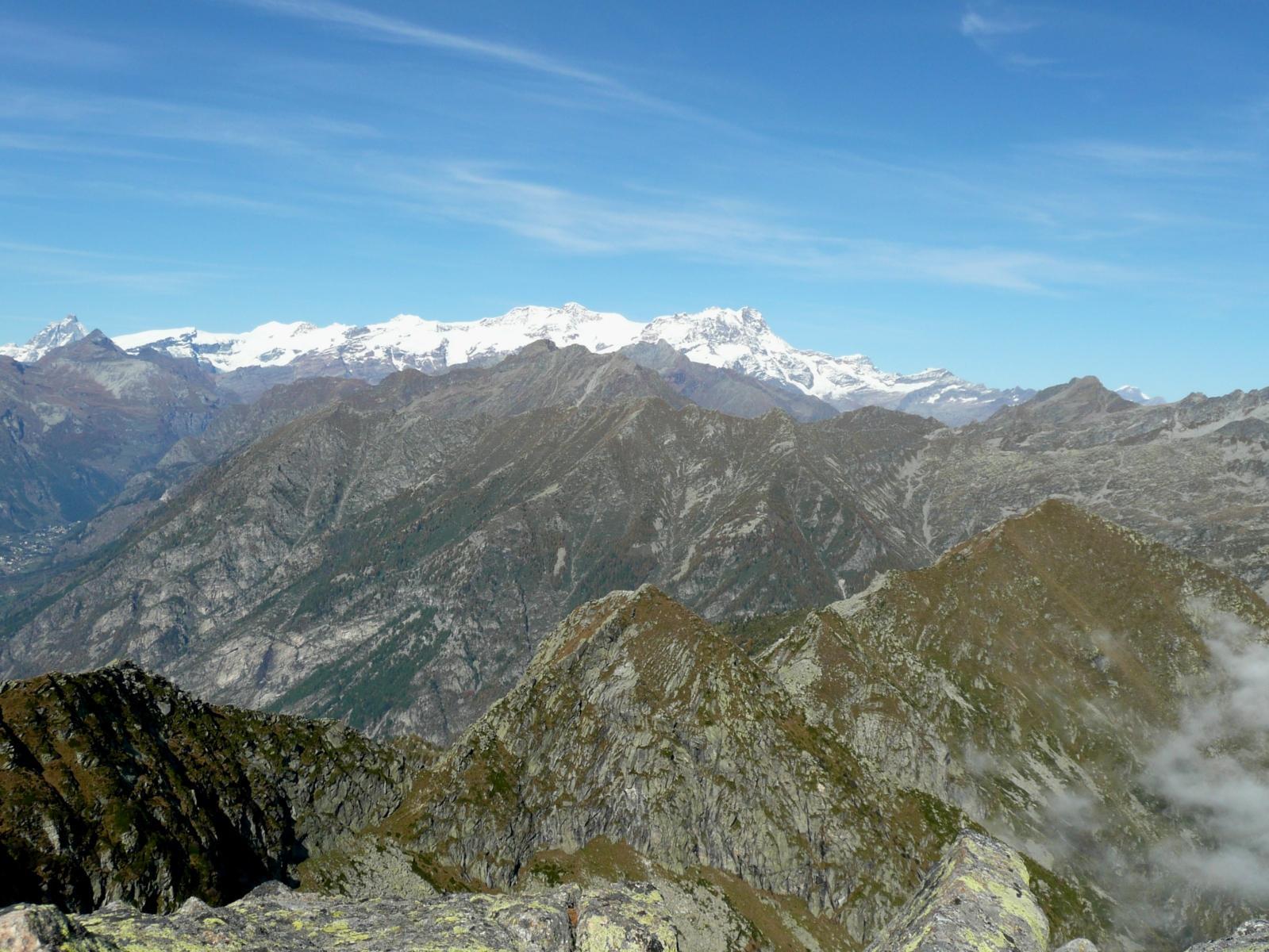 in basso al centro la Punta della Vecchia e a destra la Chaparelle, all'orizzonte l'intero gruppo del Rosa fino al Cervino