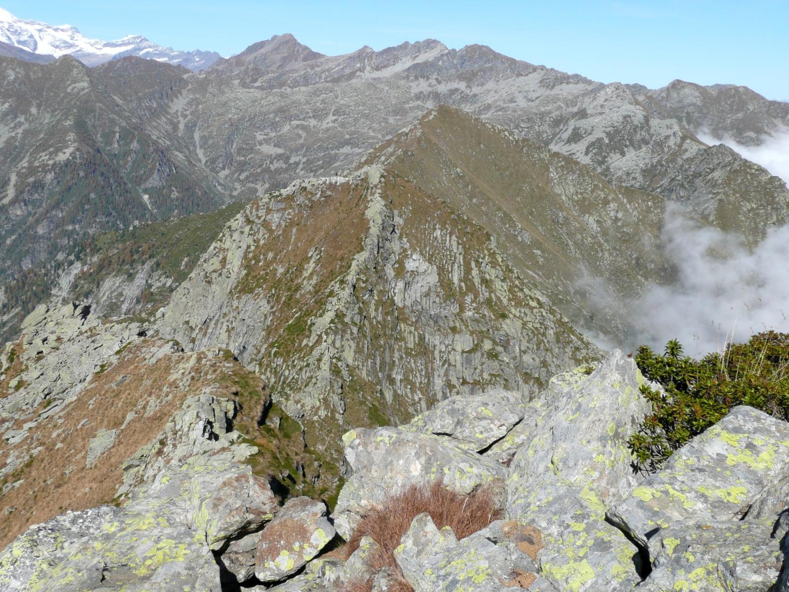 discesa della cresta nord verso il Passo delle Tote, di fronte la Vecchia