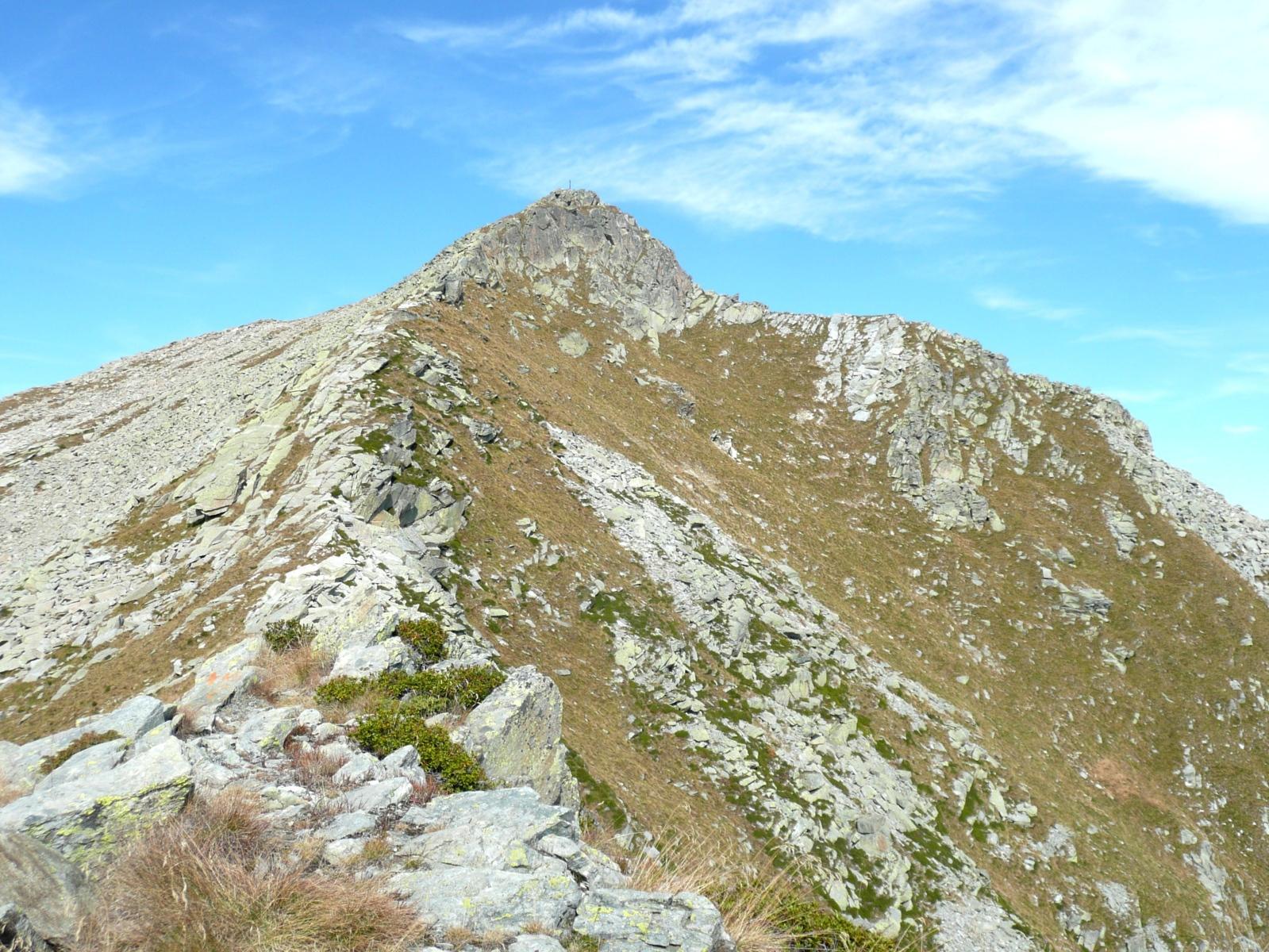 Monte Cresto: davanti a noi la facile cresta sud e sulla destra la cresta Canabà