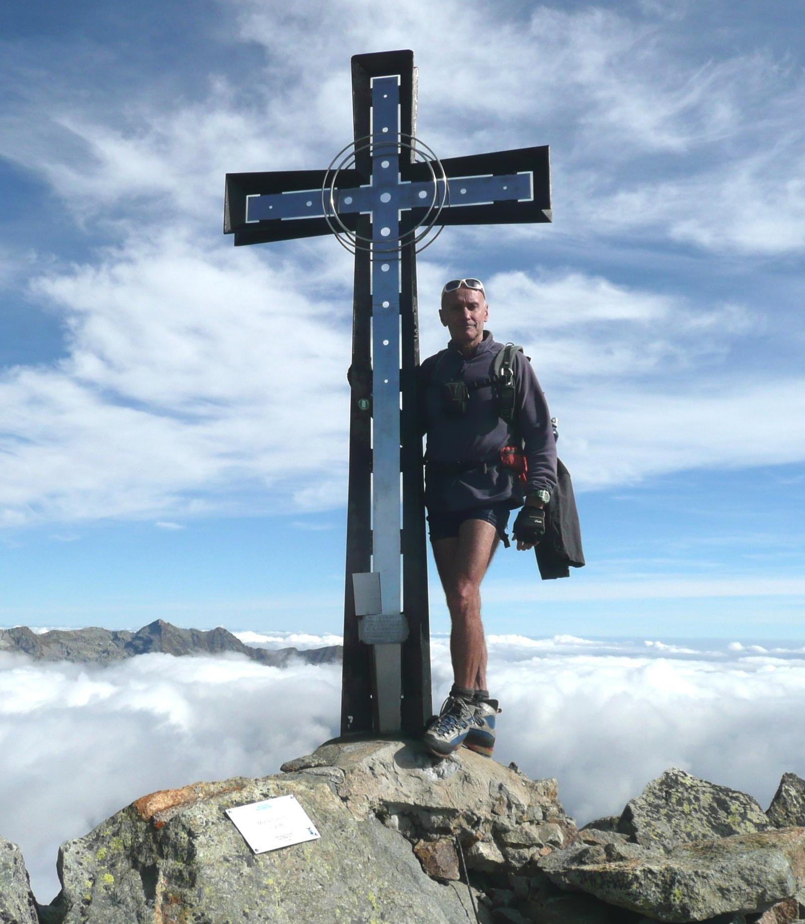 pinin e la croce del Cresto, dalle nuvole spuntano il Bo e la Punta del Manzo