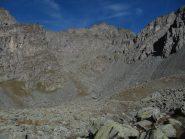vista della vetta; si transita nei pressi della casermetta e poi, a sinistra, il sentiero conduce al colle Luisas
