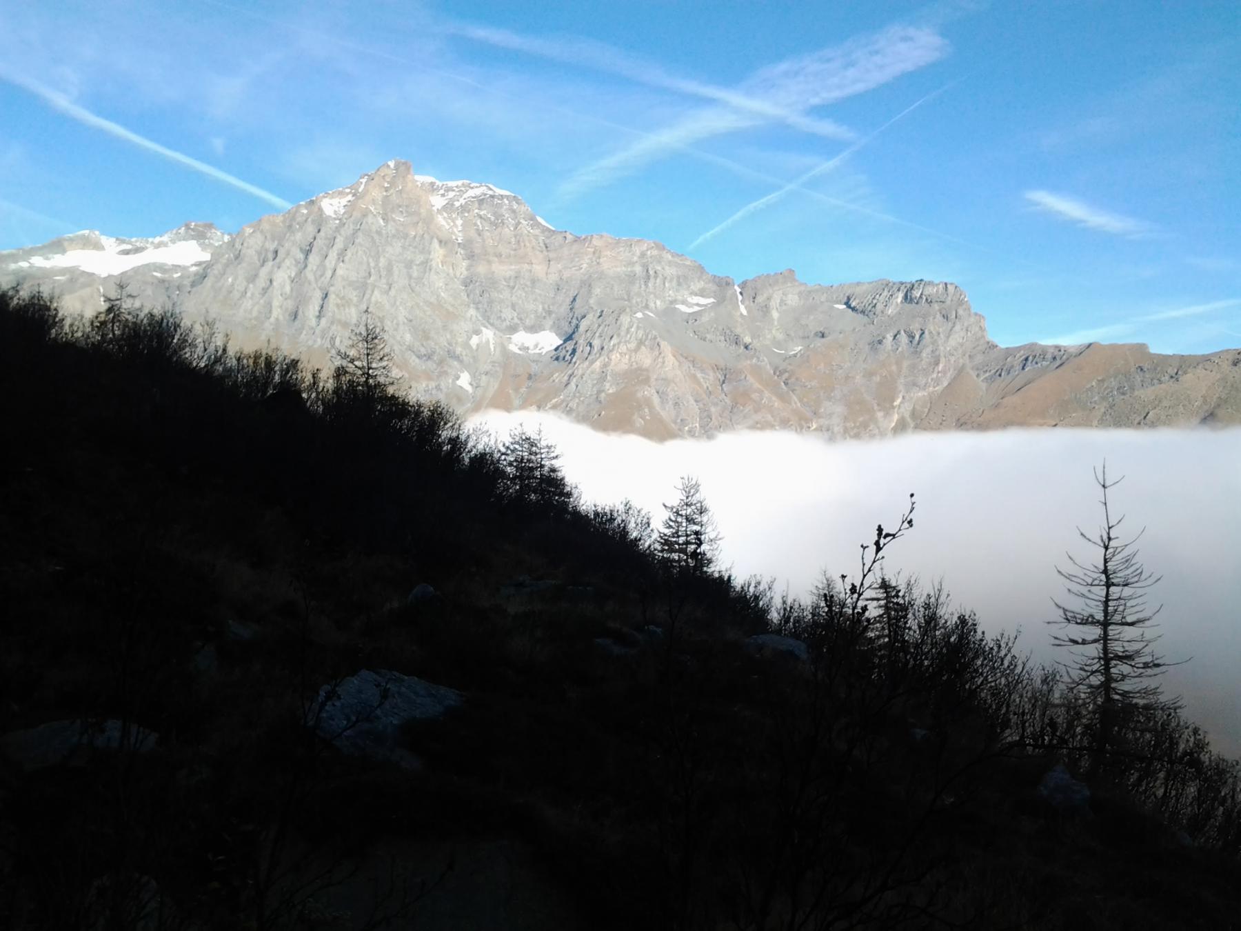 emergendo dalle nebbie del pian della Mussa