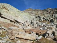 Risalendo le rocce montonate in mezzo al vallone