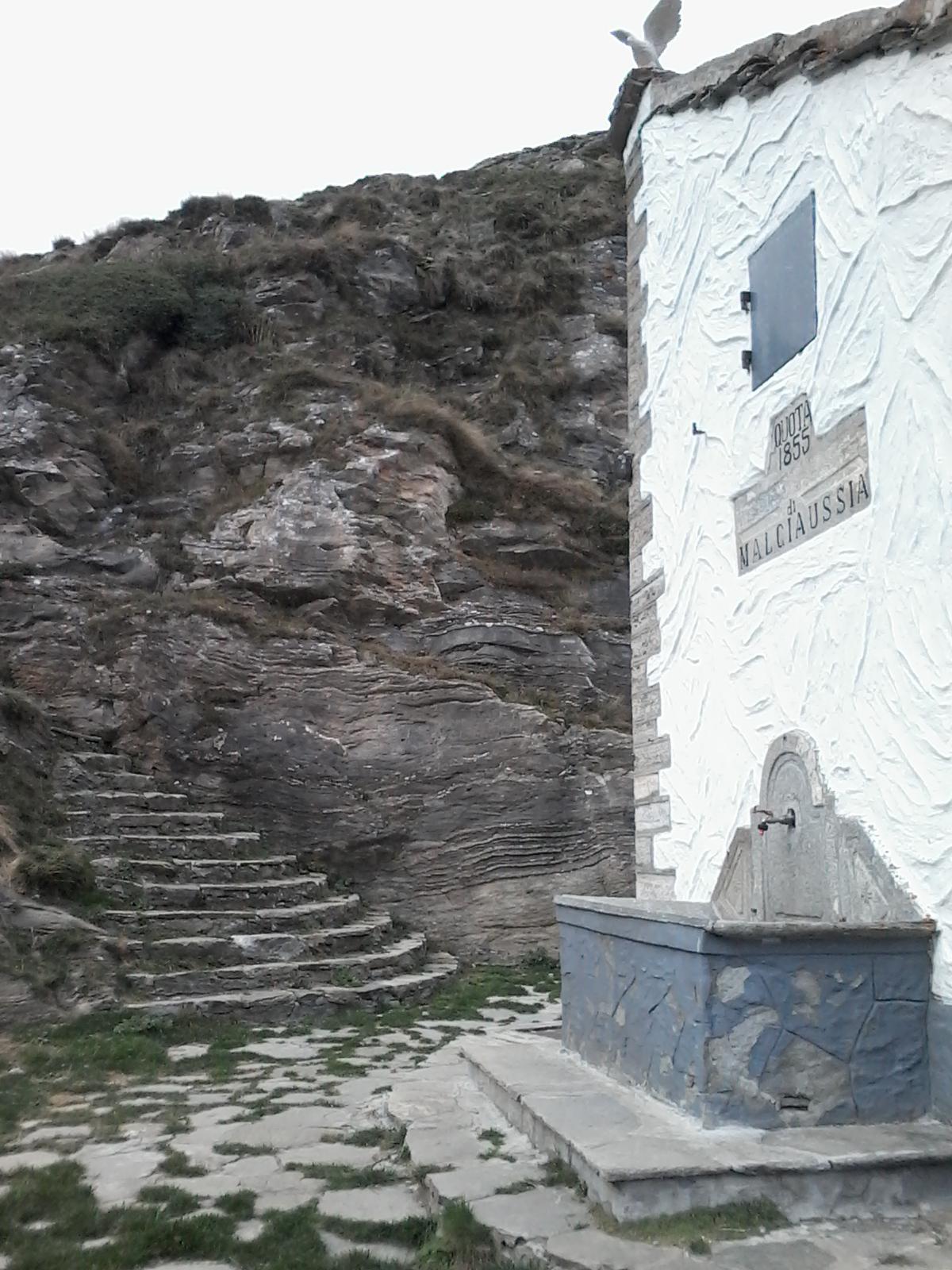 Ex casermetta GaF 'Malciaussia': fontana militare e scala monumentale..