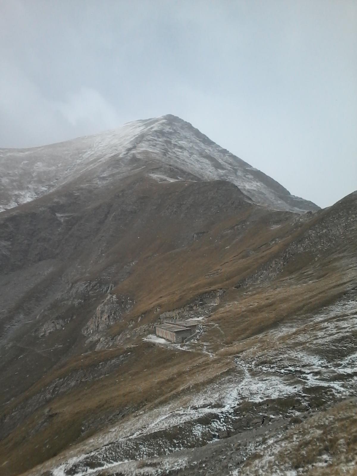 Ex casermetta XI (oggi Capanna Ravetto) e Monte Palon.