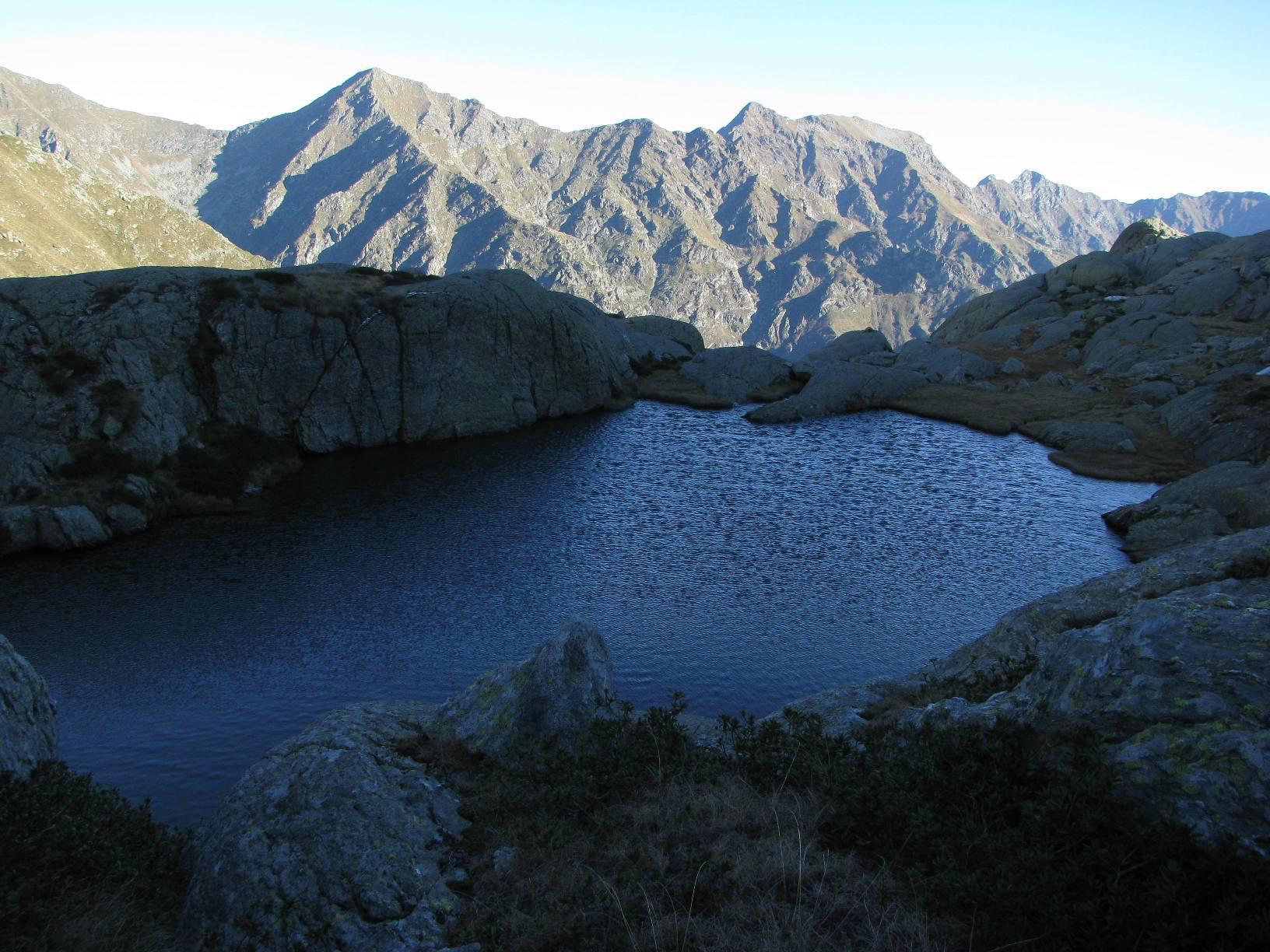 Lago Sucal increspato dal forte vento