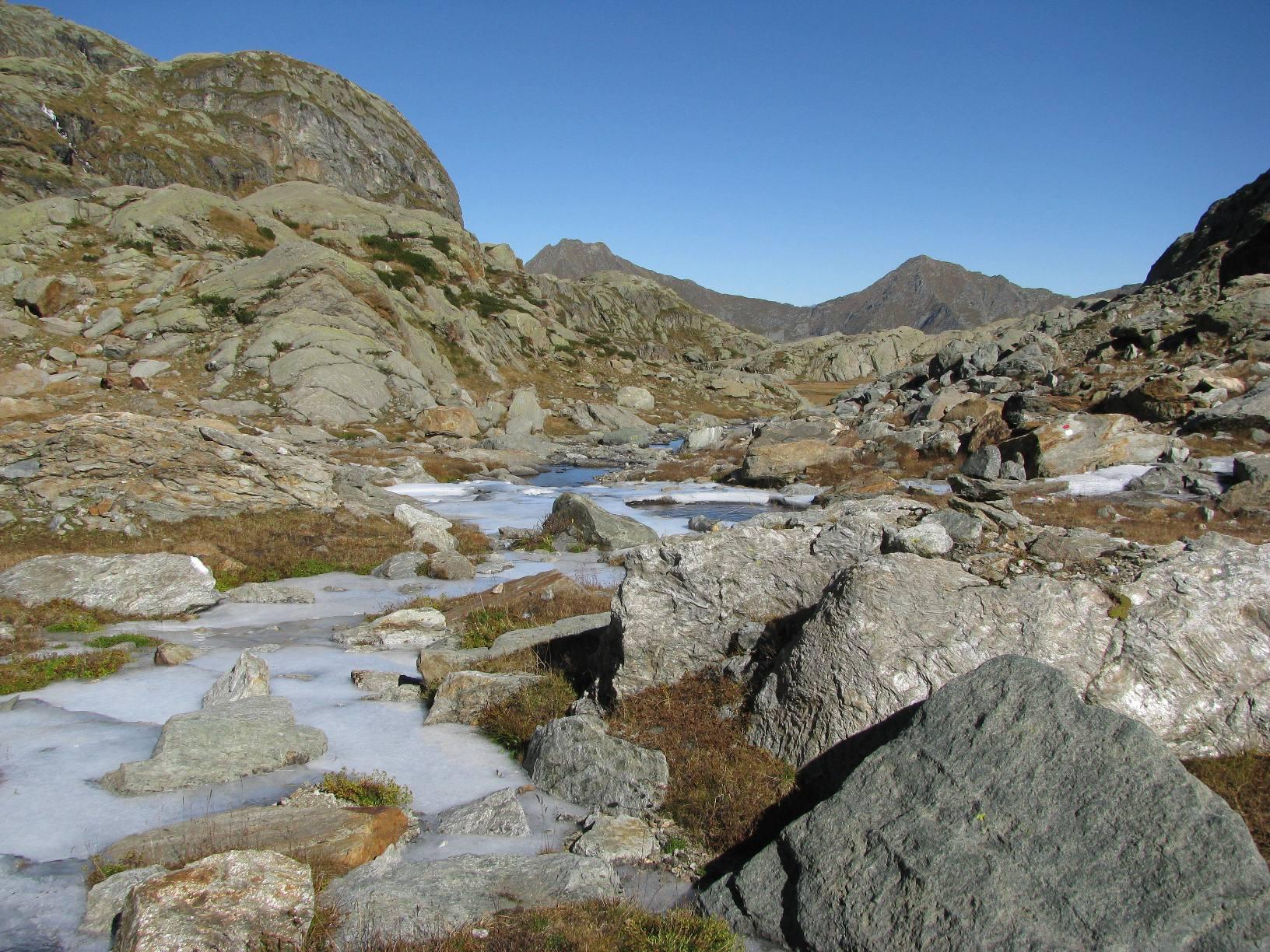 Attraversando la pianeggiante valletta sotto il Monte Giavino