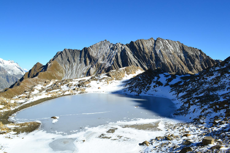 il laghetto ghiacciato poco sotto la vetta