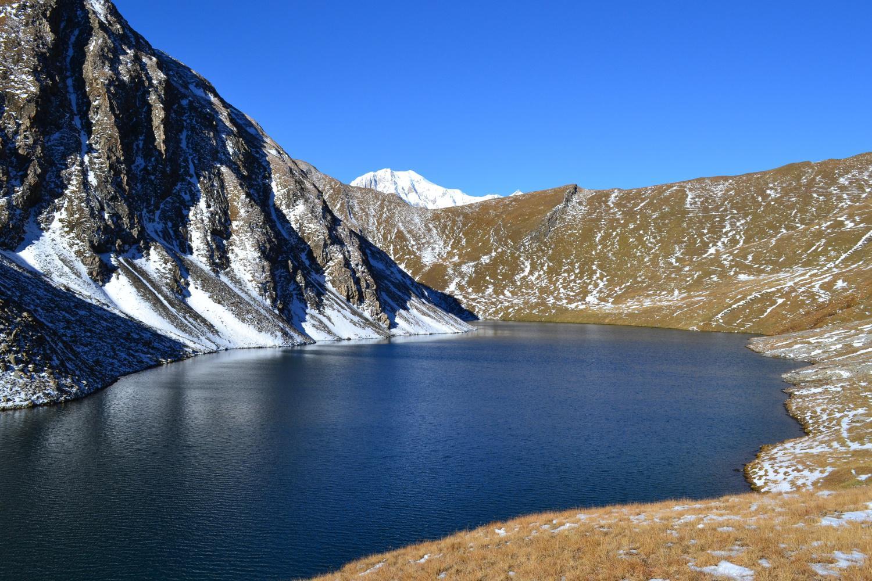 Lago di Liconi con la punta del Bianco che sbuca dal colle