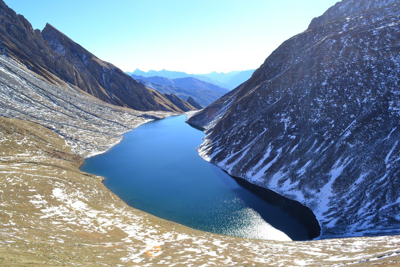 riflessi incantevoli sulla superficie del lago
