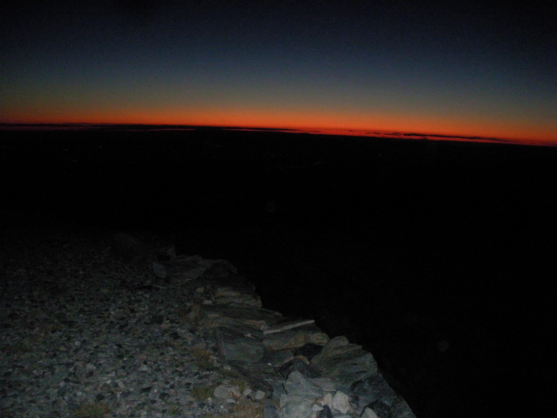 l'alba incombe..dallo spiazzo antistante il rifugio..