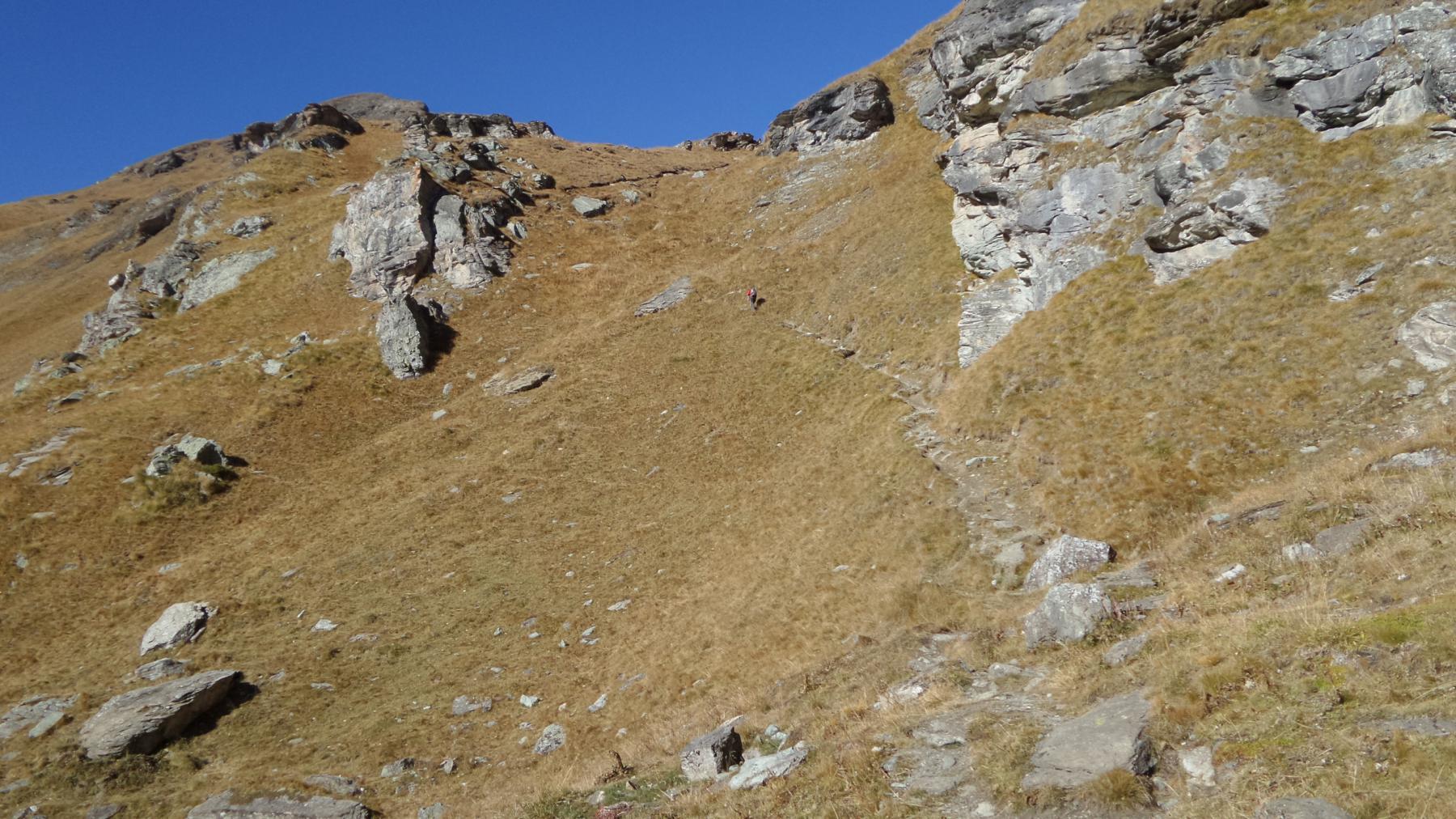 la ripida rampa erbosa sopra i Laghi della Battaglia