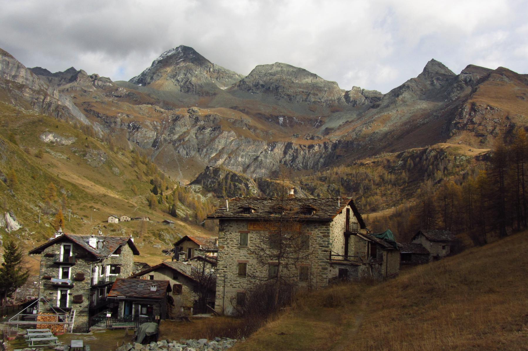 La becca sullo sfondo a destra fa da cornice allincantevole villaggio di Cheneil