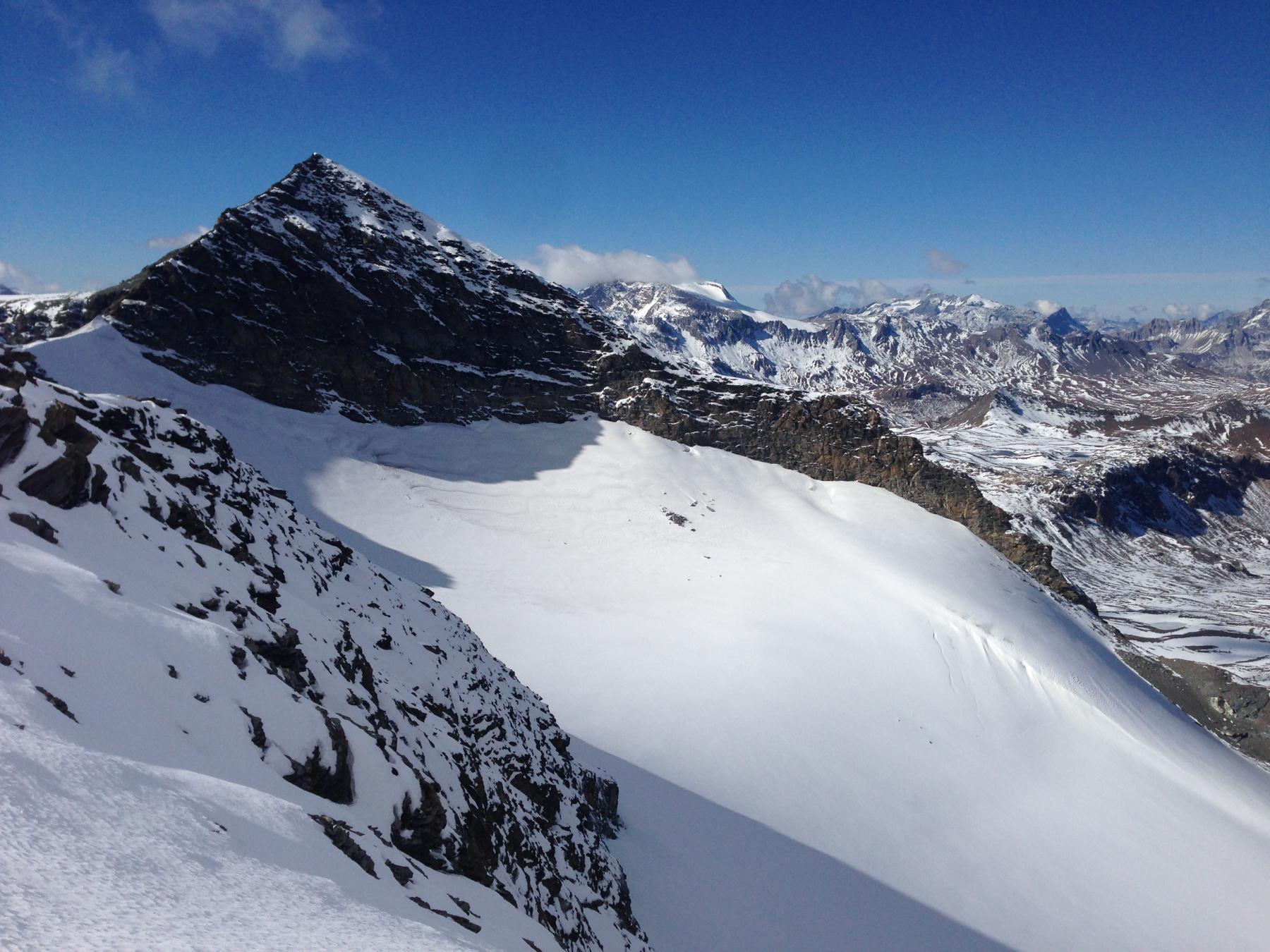Dalla punta il ghiacciaio sottostante e le signal du Mean Martin